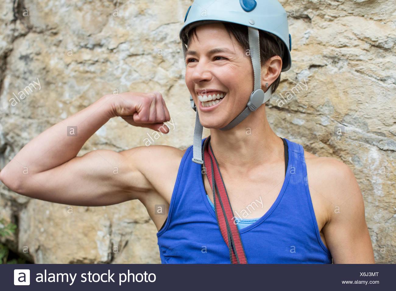 Escalador femenino mostrando los músculos Imagen De Stock