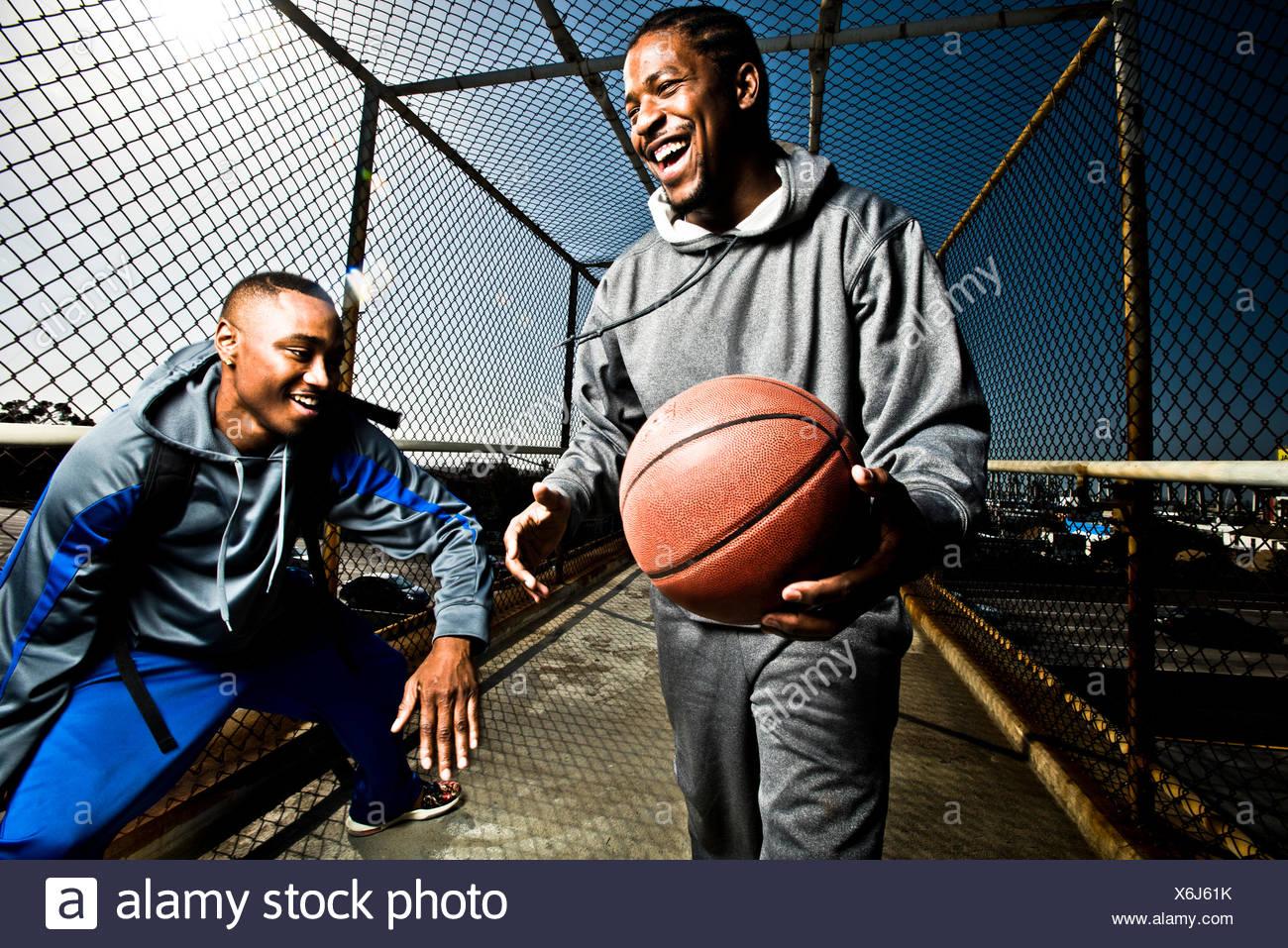 Dos amigos jugaban con una pelota de baloncesto Imagen De Stock