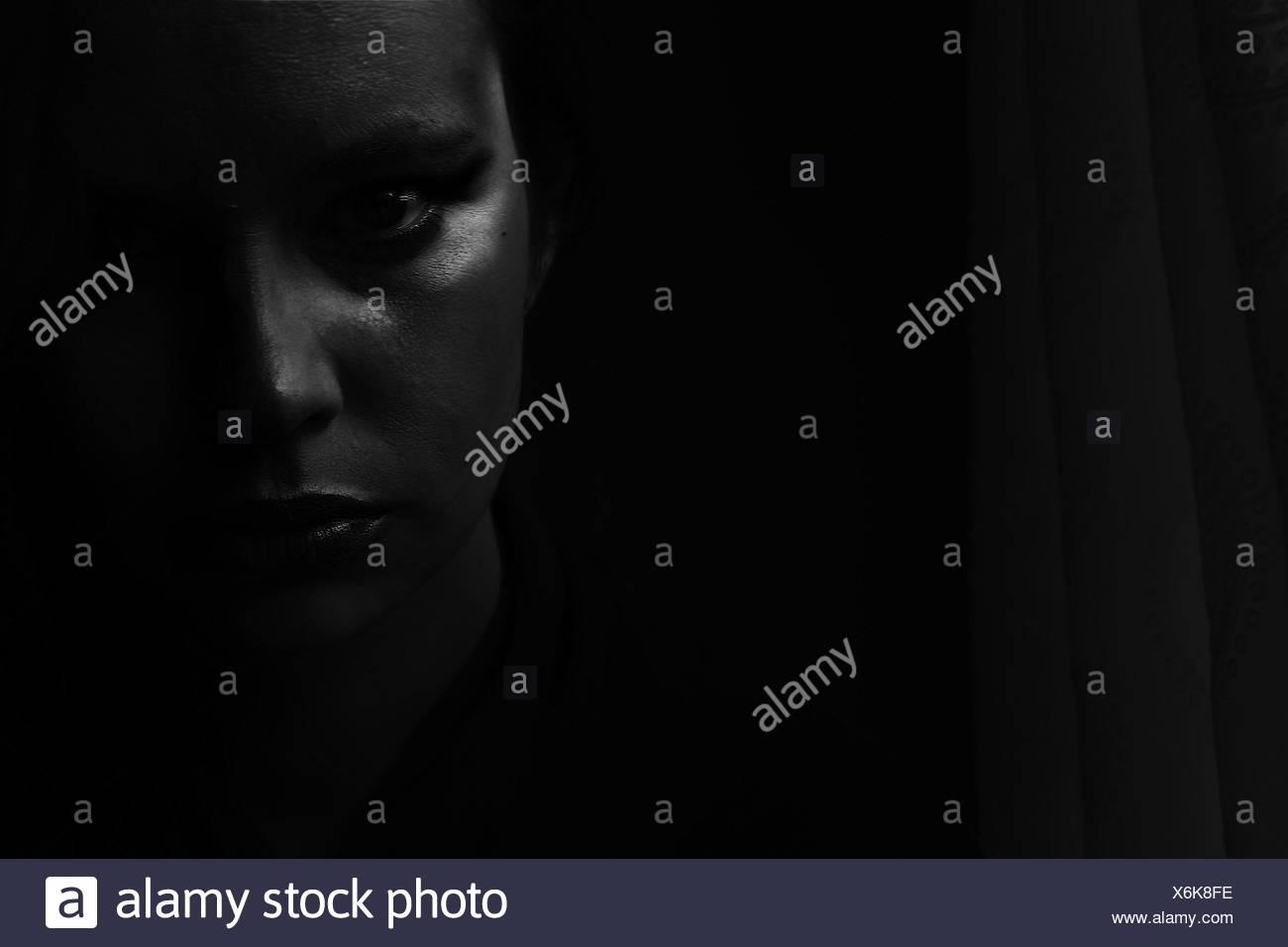 Retrato de mujer joven en el cuarto oscuro Foto & Imagen De Stock ...