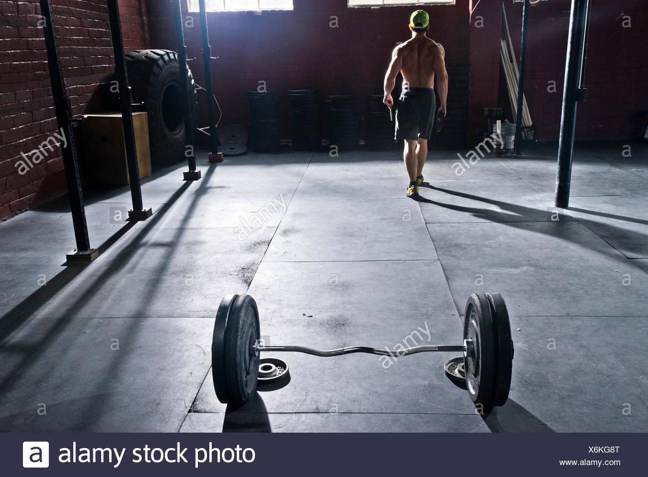 Un atleta crossfit racks su peso después de trabajar. Imagen De Stock