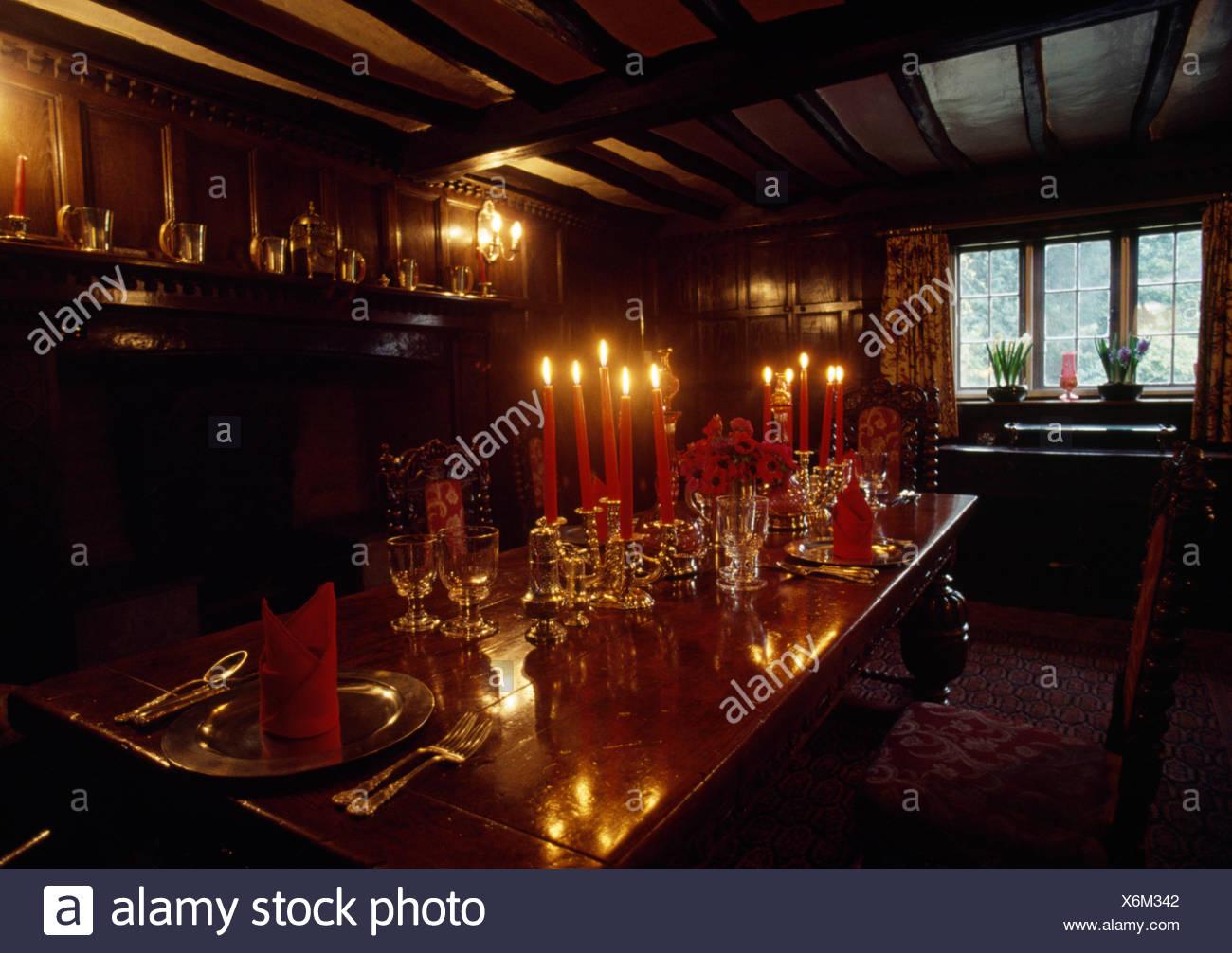 Cristalería y velas sobre la mesa en el comedor de estilo tudor Imagen De Stock
