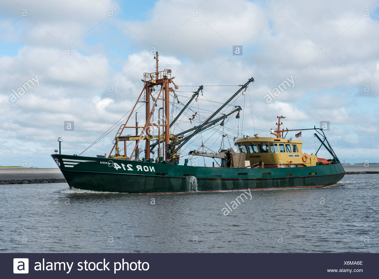 Anna ni 214 Cortadora de shell entrando al puerto de Norddeich, Frisia Oriental, Baja Sajonia Imagen De Stock