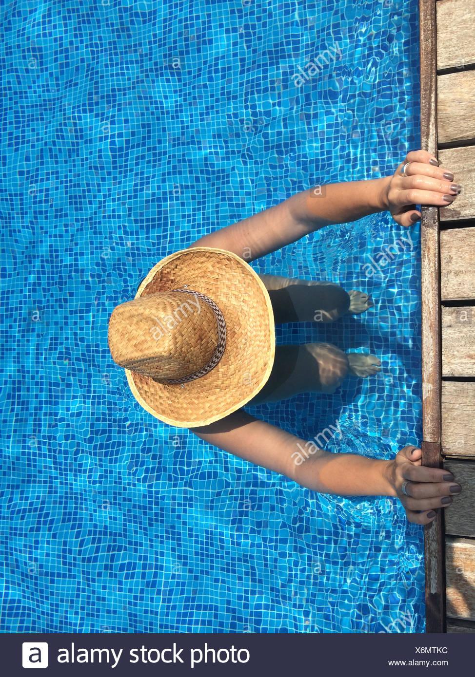 Mujer hacer ejercicio en la piscina Imagen De Stock