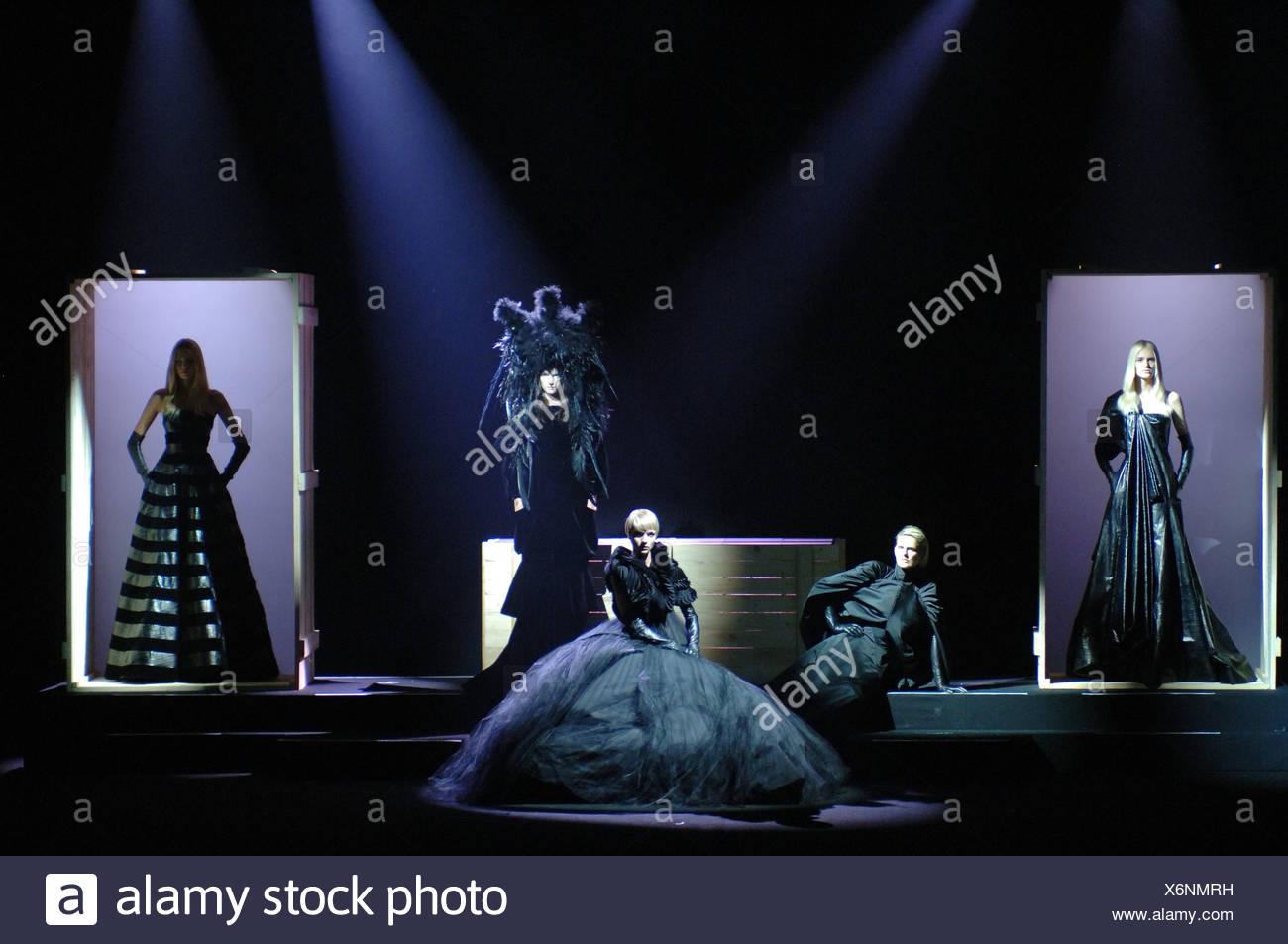 Givenchy de Alta Costura de París otoño invierno un grupo de modelos  femeninos en la pasarela 8593d7603bd