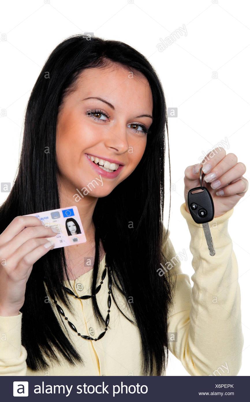 Mujer con las llaves del coche y licencia del conductor. Imagen De Stock