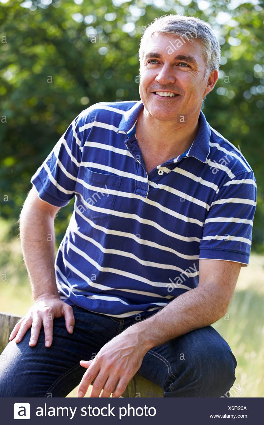 Hombre De Mediana Edad Imágenes De Stock   Hombre De Mediana Edad ... 3228ae9f2d129
