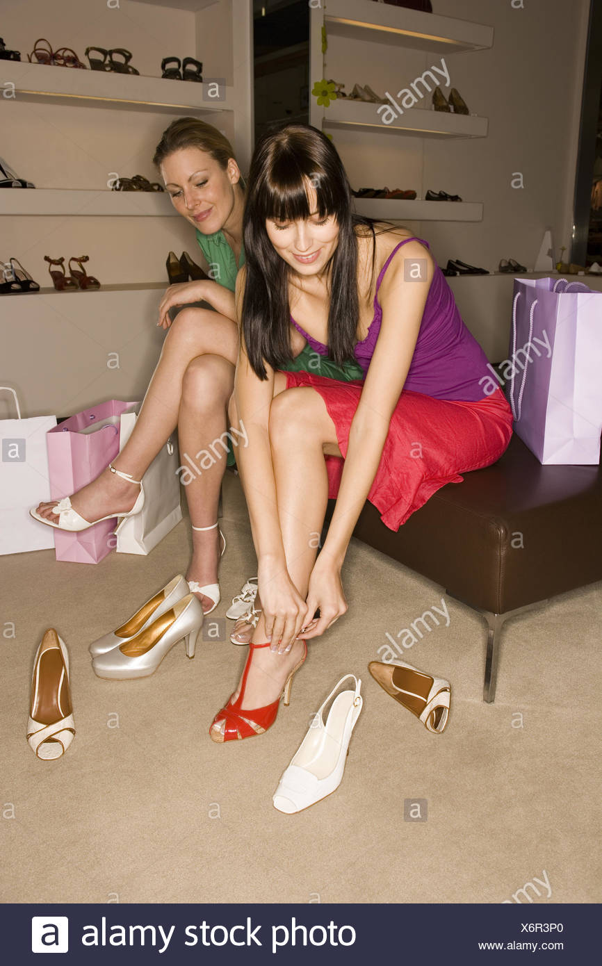 Dos mujeres probándose zapatos Foto & Imagen De Stock