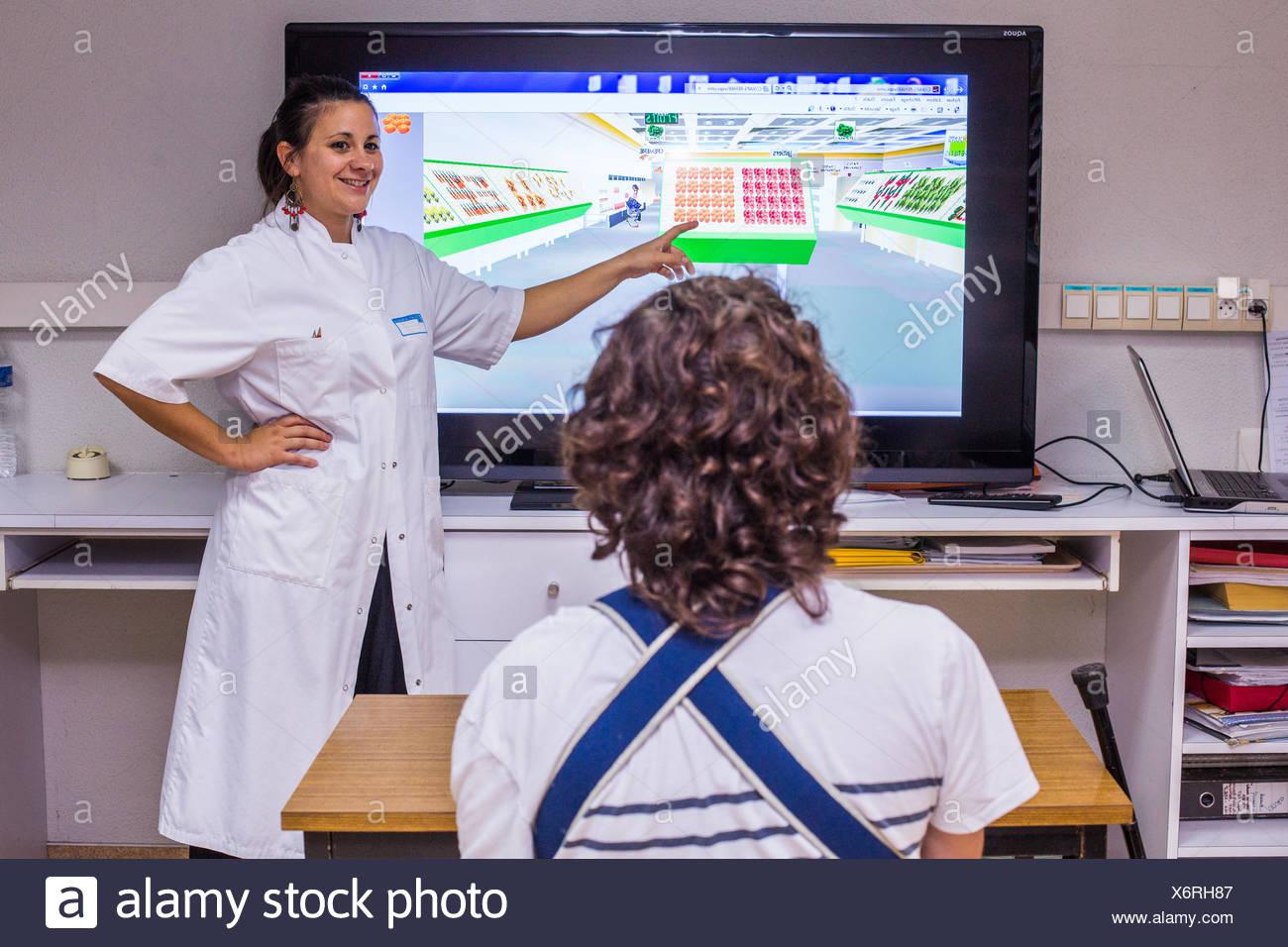Hemipléjica paciente después de un accidente cerebrovascular, y terapeuta ocupacional, departamento de Medicina Física y Rehabilitación del Hospital hospital de Burdeos, Francia. Imagen De Stock