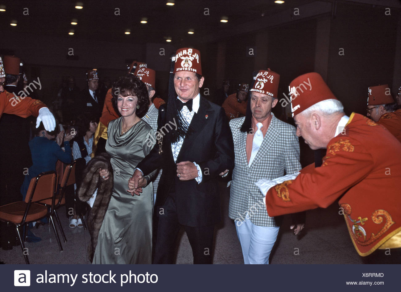 0e127f142091f Una fraternidad Shriners de masones Fez sombreros en una reunión del  partido en 1971 Imagen De