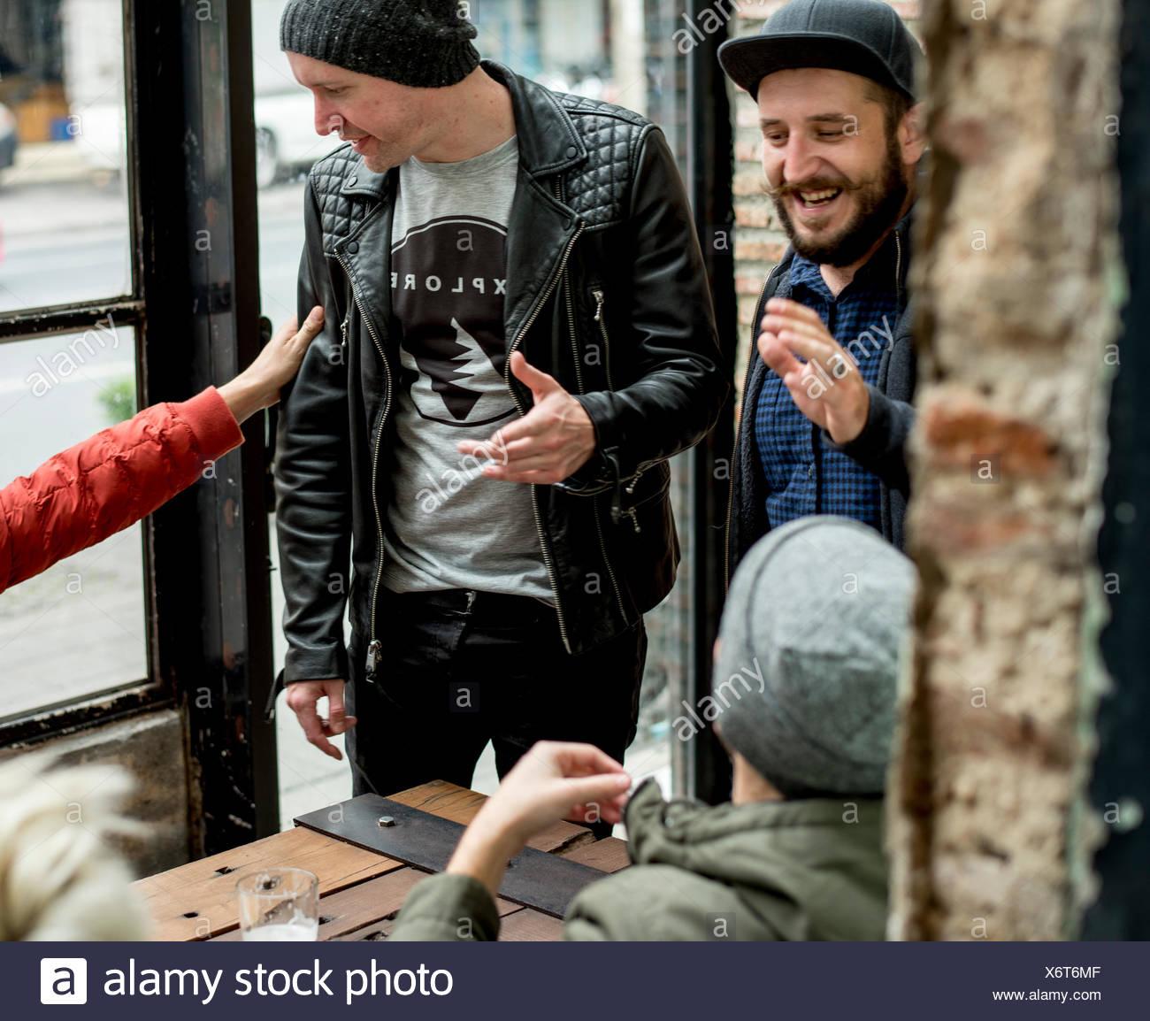 Gente colgando juntos parte Foto de stock