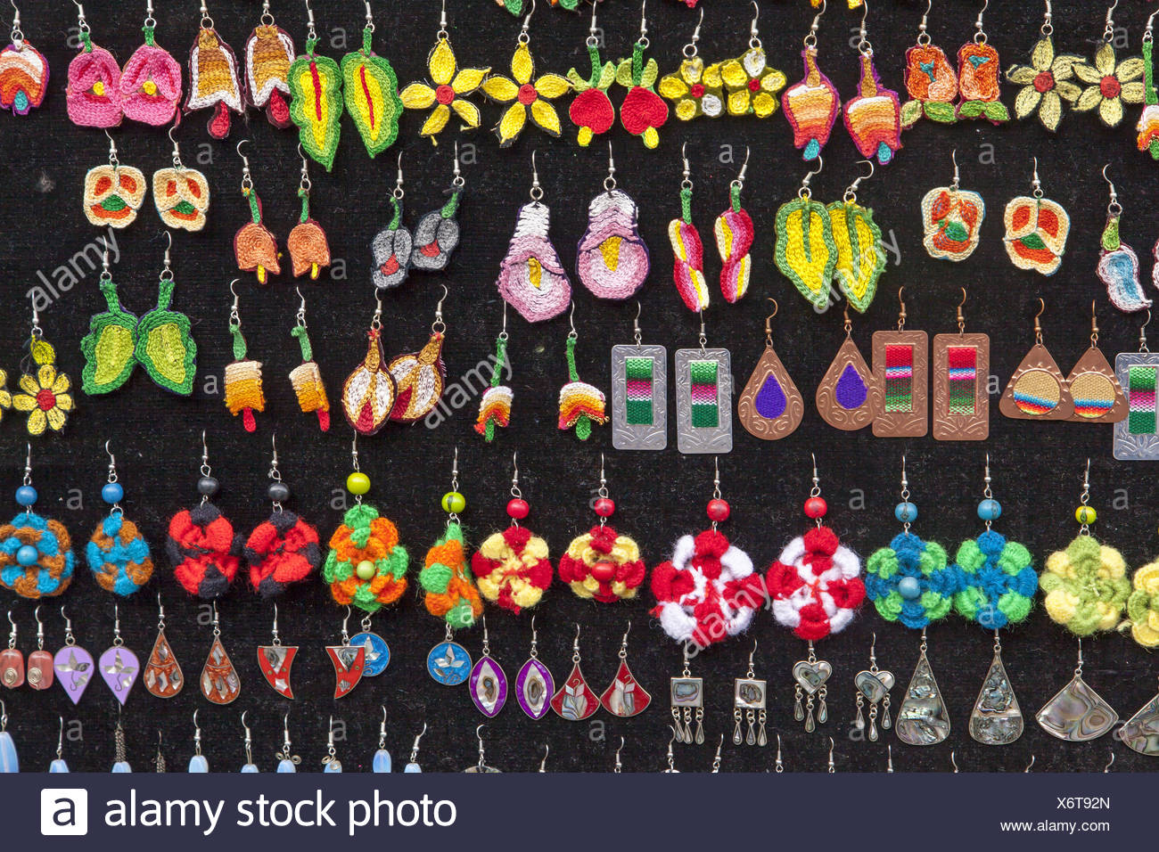 c055a82085cf Una colorida colección de aretes  Oaxaca