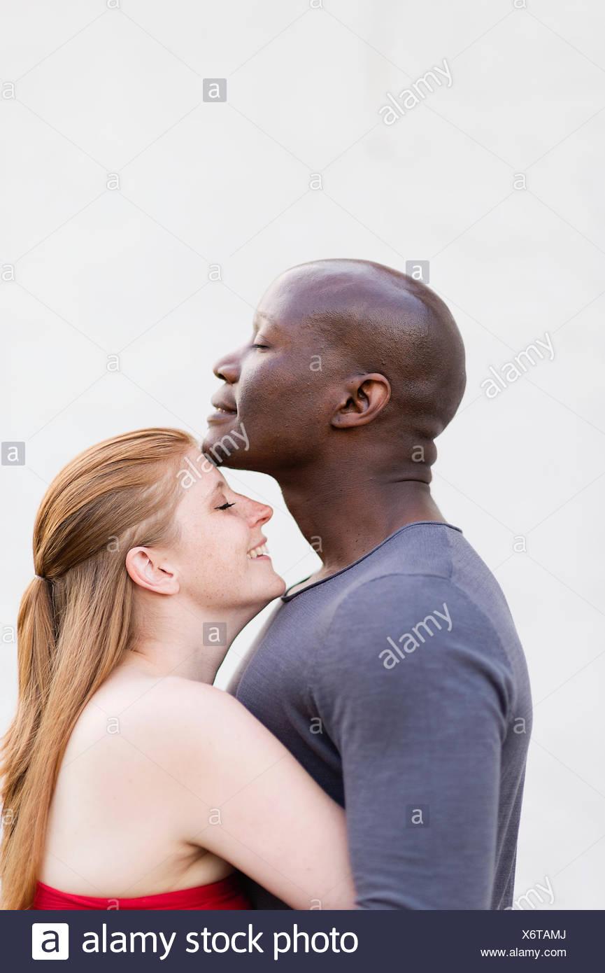Suecia, Foto de estudio de mediados de adulto pareja abrazada Imagen De Stock