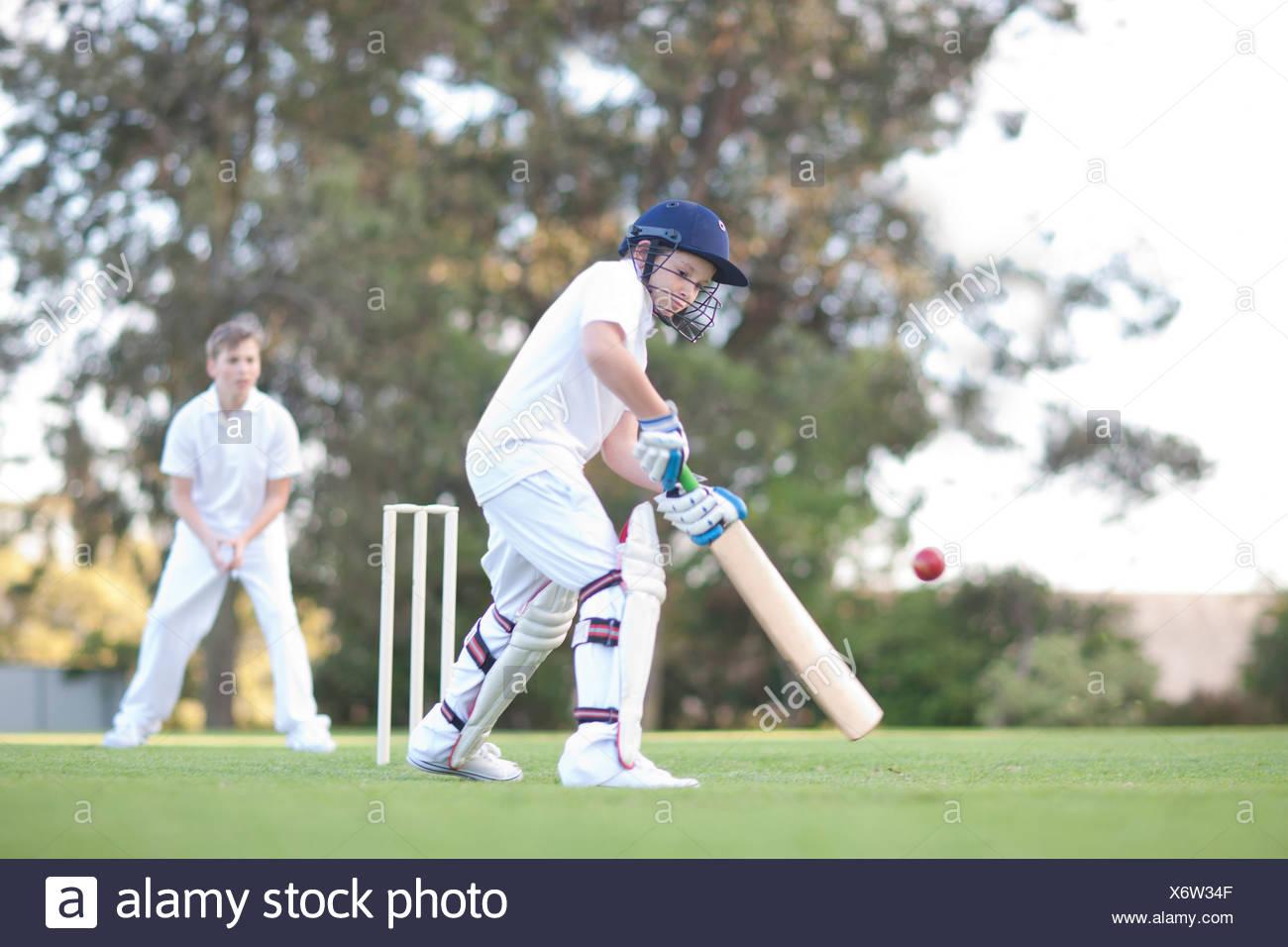 Los muchachos jugando críquet Imagen De Stock