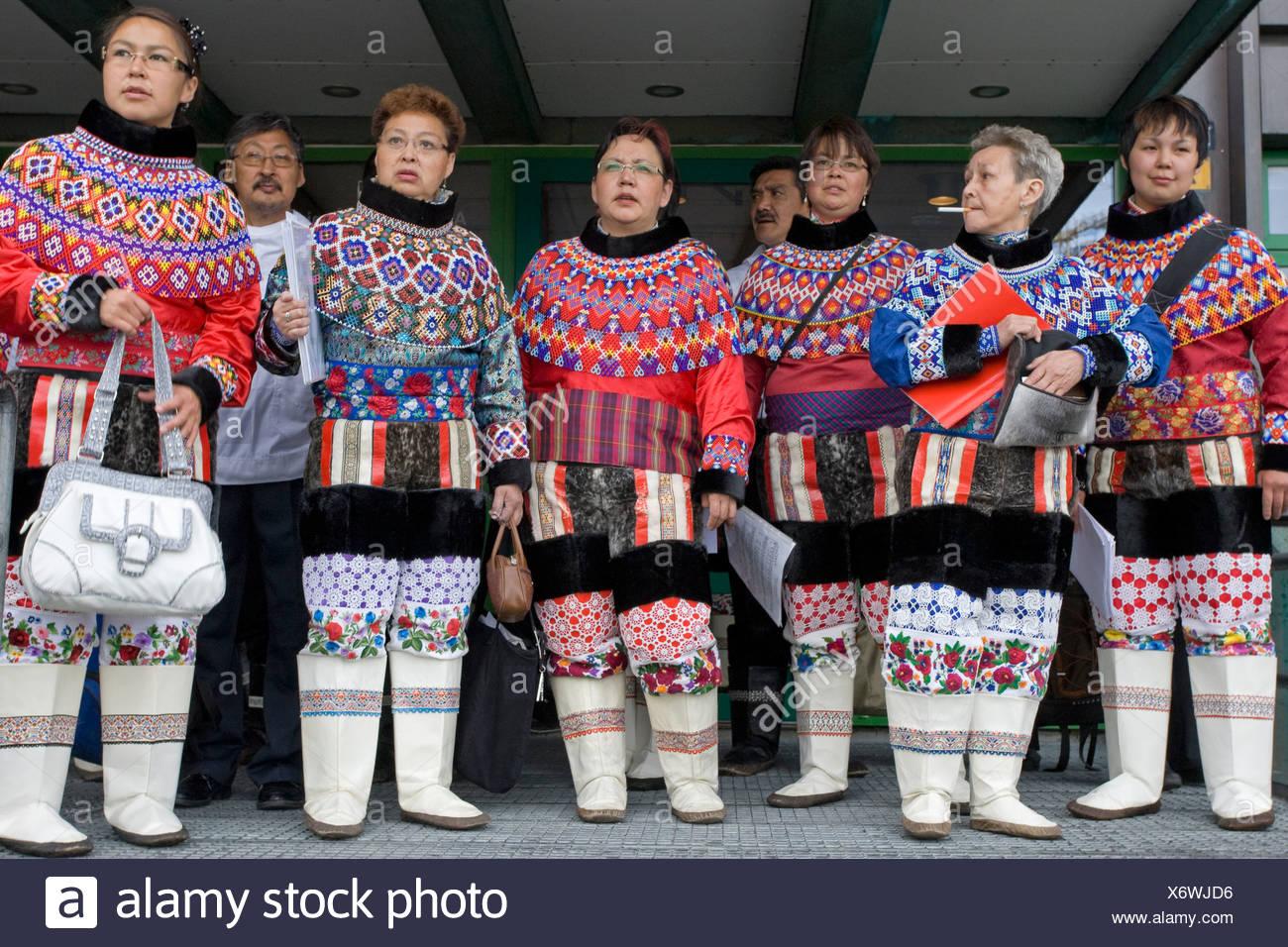 Personas vestidas con el traje tradicional en el Día Nacional de Groenlandia en Nuuk, Groenlandia. Imagen De Stock