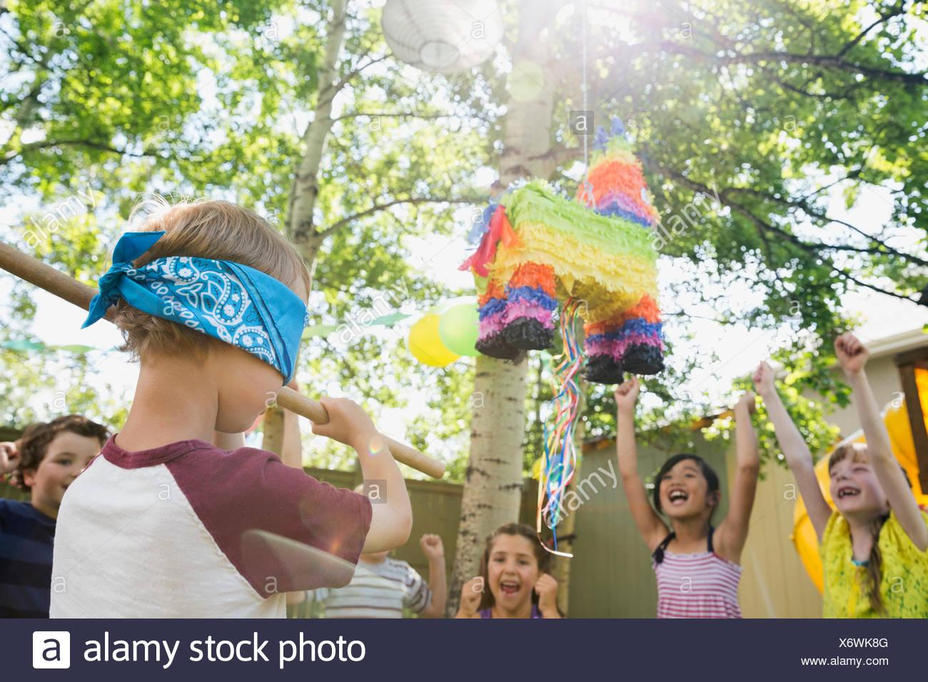 Animar a los niños con los ojos vendados boy desplaza a pinata Imagen De Stock