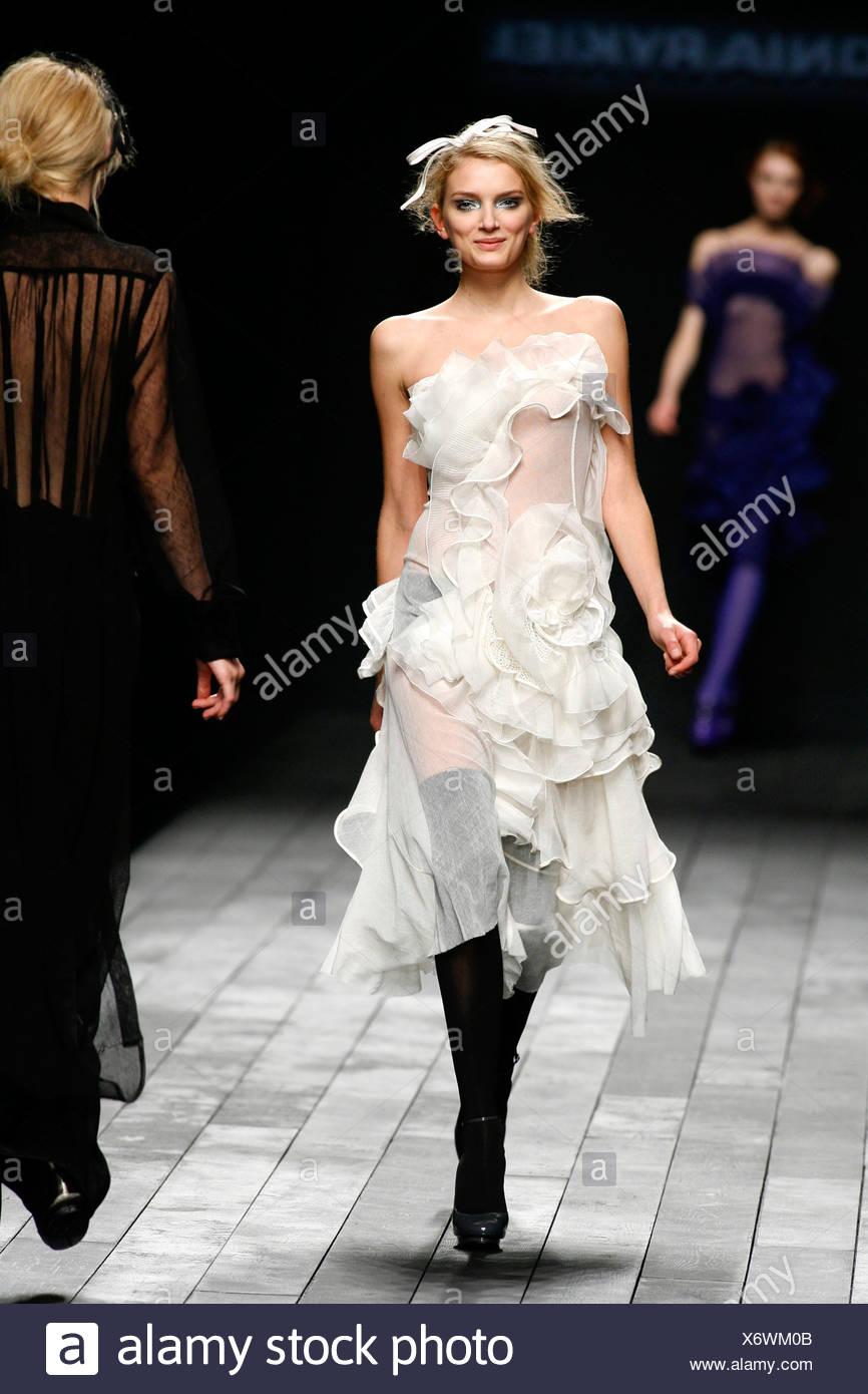 Vestido negro sobre blanco