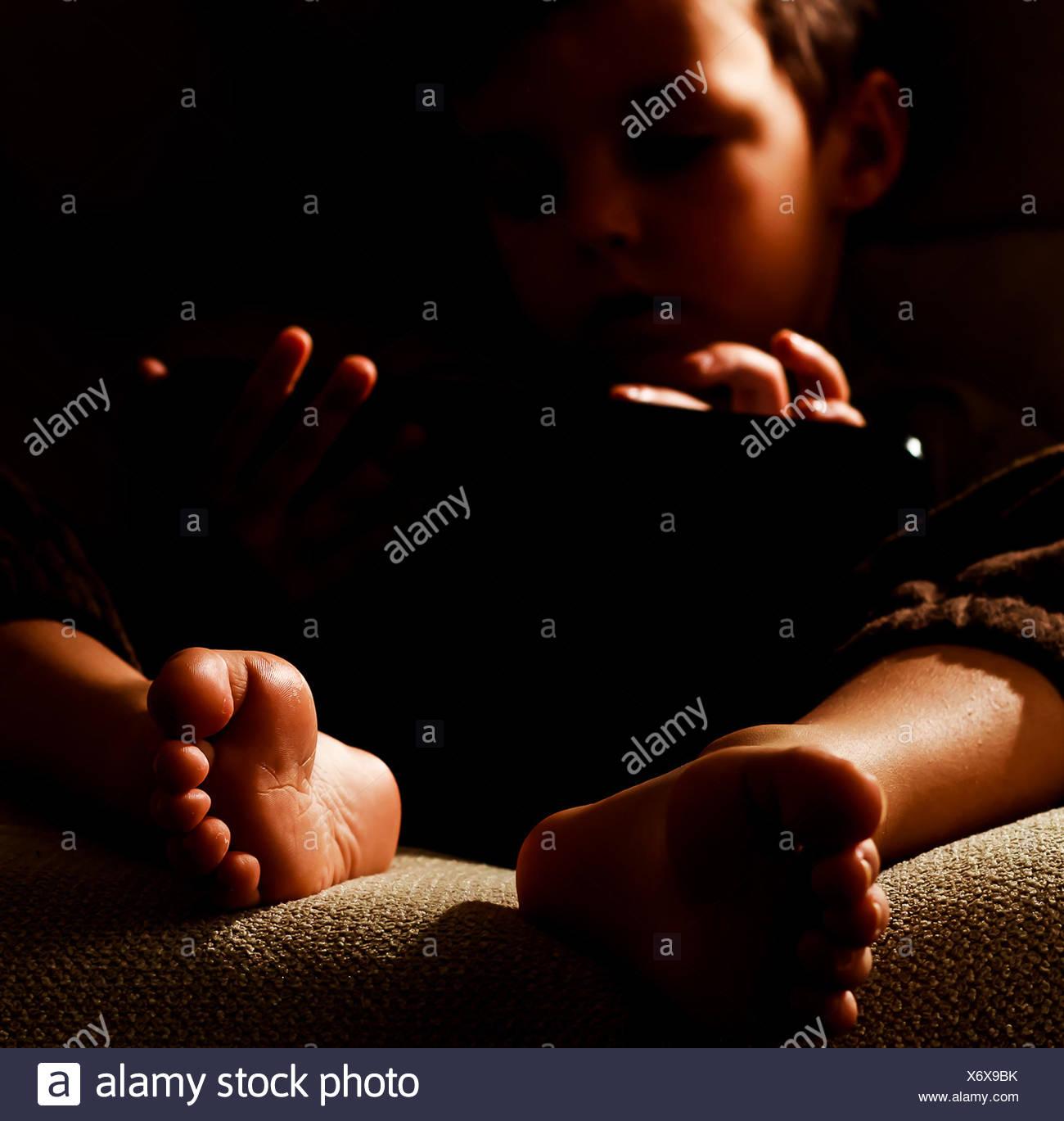 Retrato de niño (2-3) usando la tableta digital Imagen De Stock