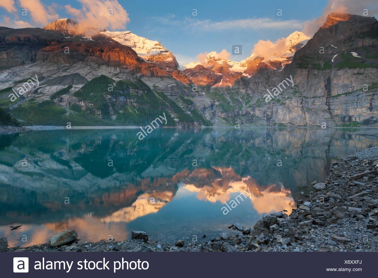 Lago de Oeschinen, Suiza, Europa, cantón de Berna, en el Oberland Bernés Kandertal, lago de montaña, el lago, las montañas, la reflexión, el EV Imagen De Stock