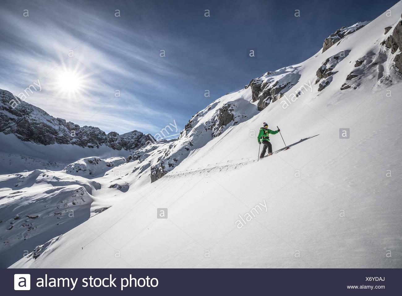 Austria, Macho esquiador partida cuesta arriba Imagen De Stock