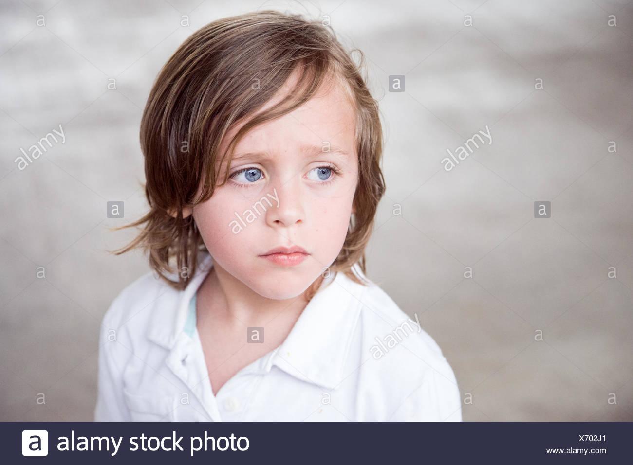 Primer plano del chico mirando lejos Imagen De Stock
