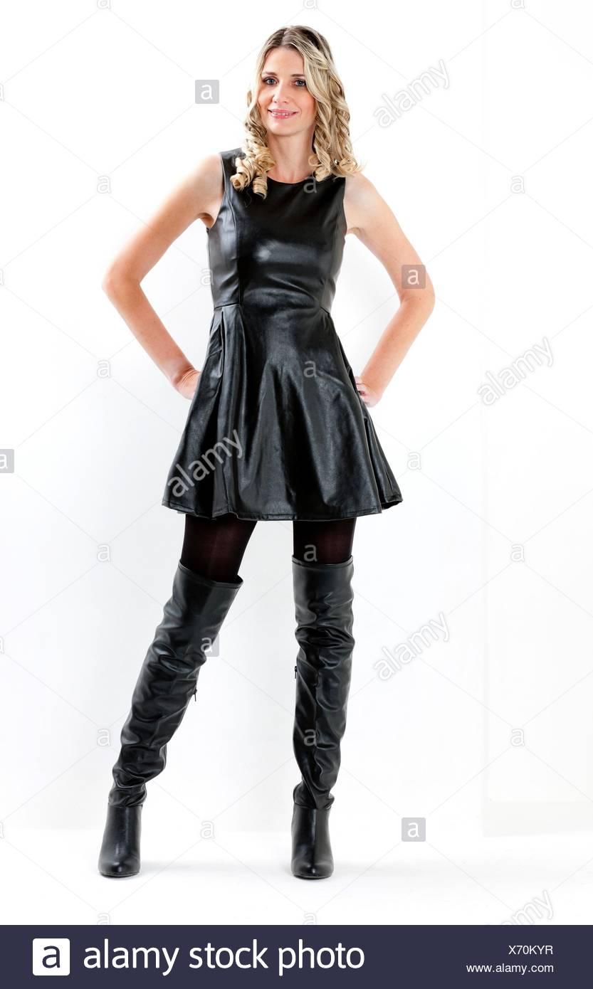 Mujer Vistiendo Permanente Vestido Negro Y Botas Negras Foto