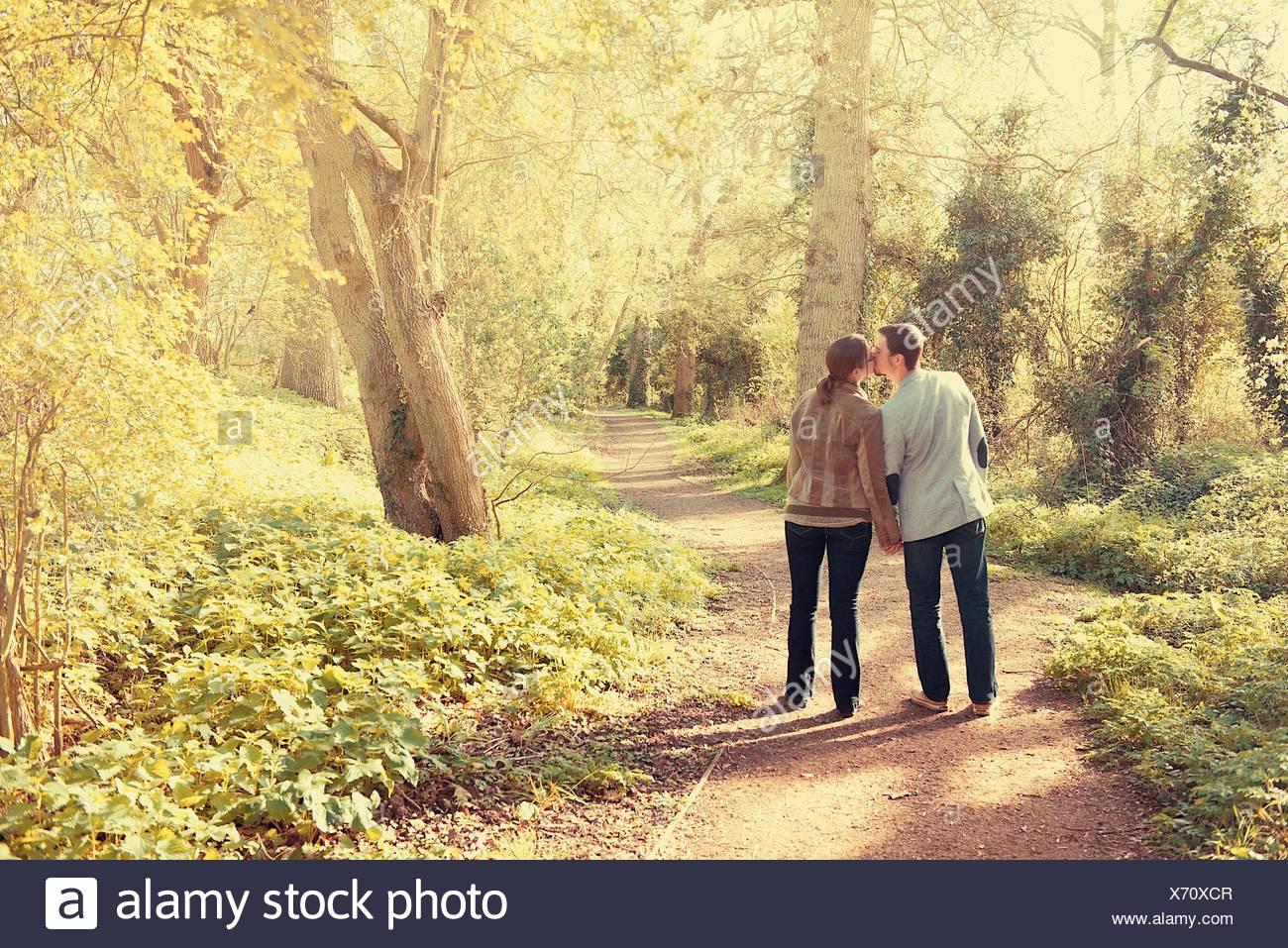 Los amantes a caminar en el parque Imagen De Stock