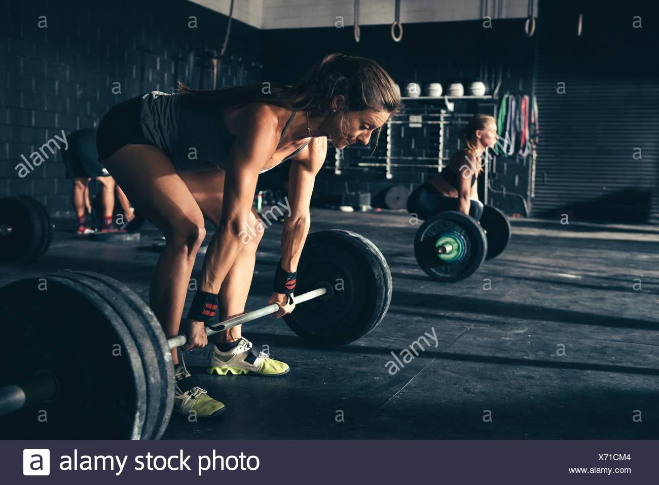 Formación para mujeres con barras en el gimnasio Imagen De Stock