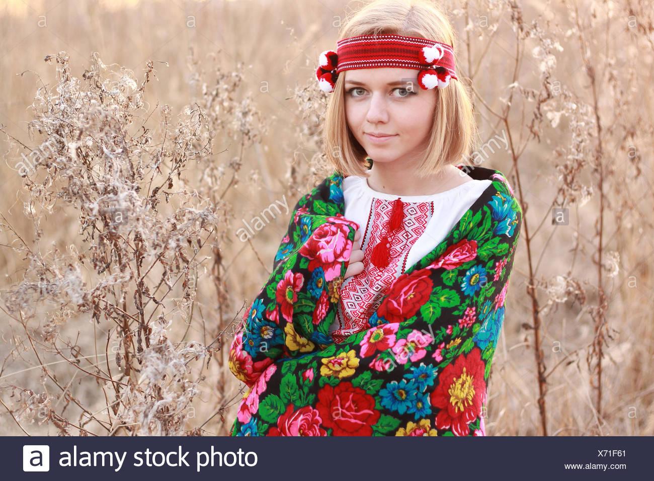 Retrato de mujer joven luciendo mantón tradicional Imagen De Stock