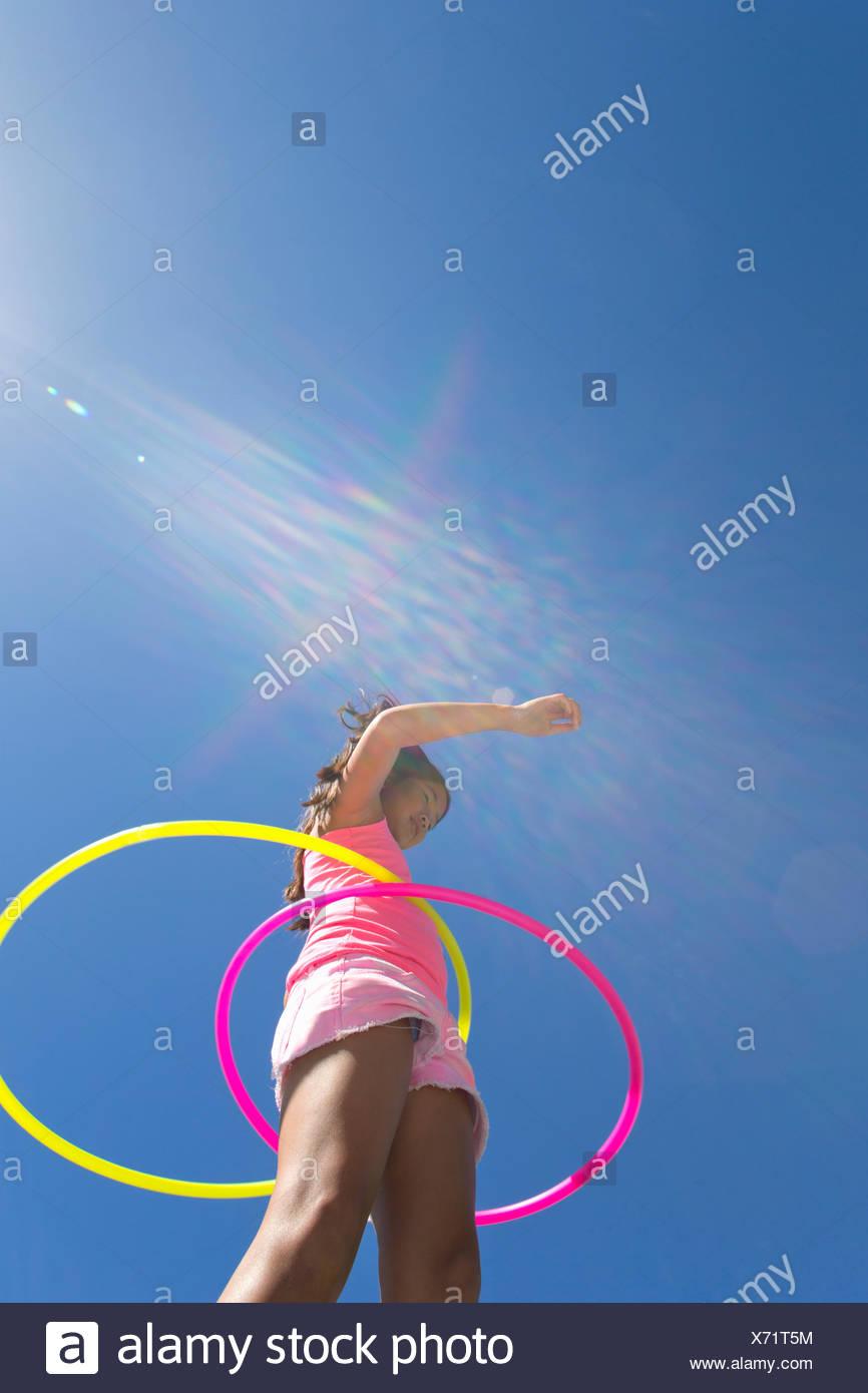 Chica spinning dos aros de plástico Imagen De Stock