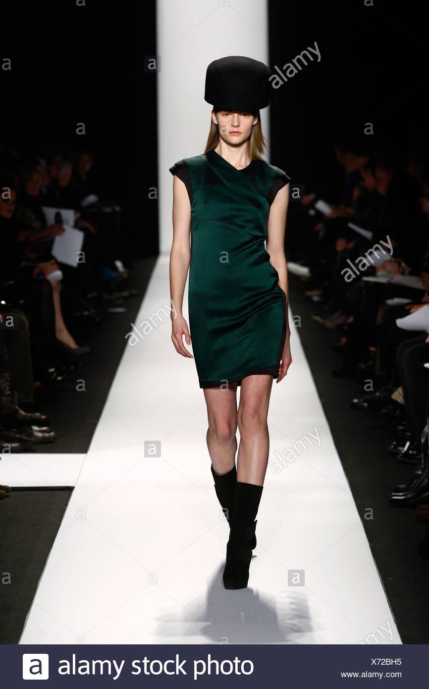 Vestido verde con botas negras