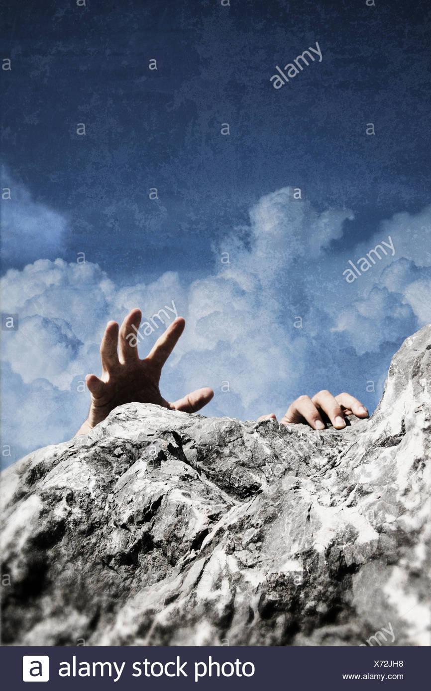 Un hombre escalada Imagen De Stock