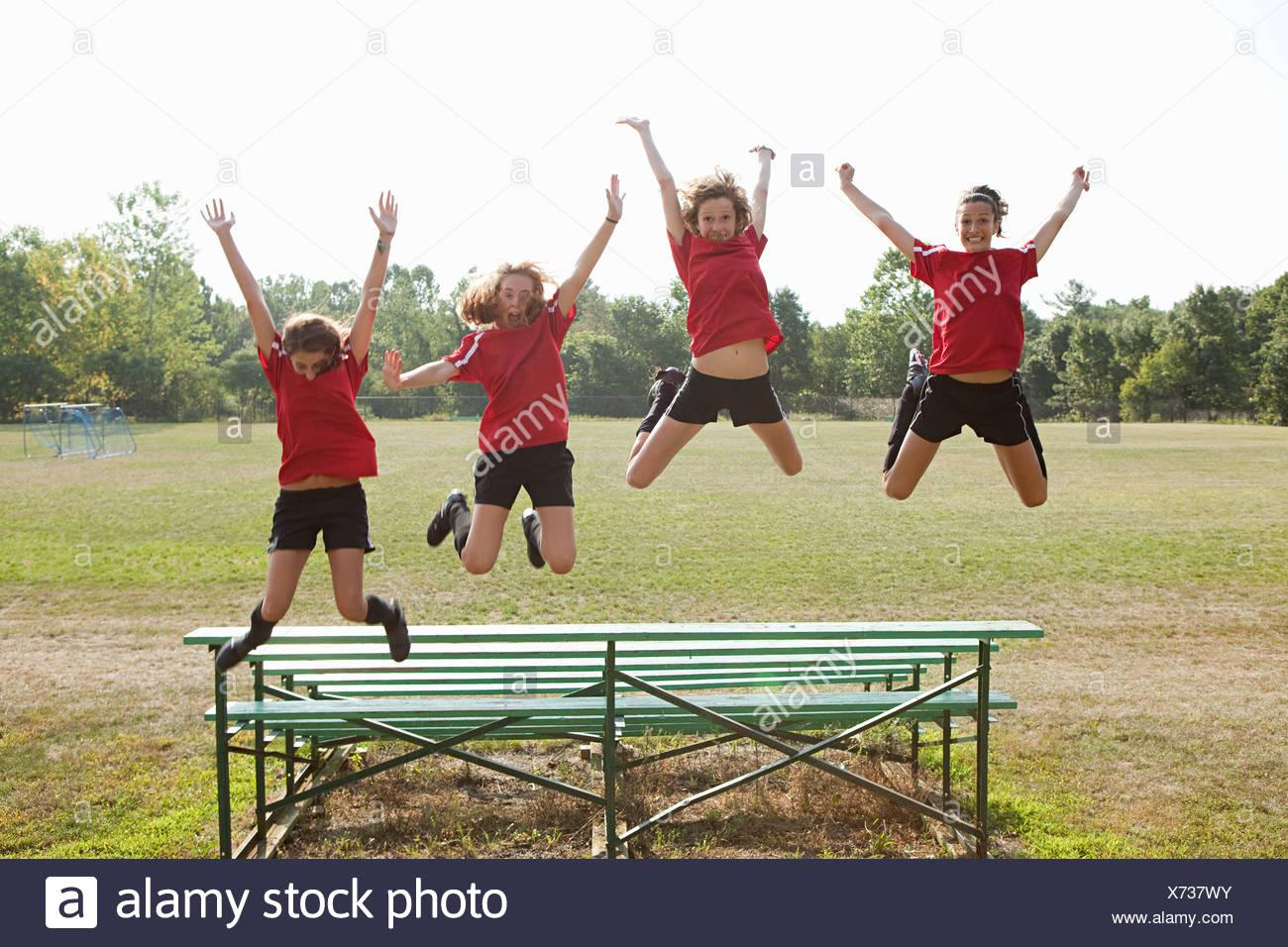Jugadores de fútbol chica saltando de gradas Imagen De Stock