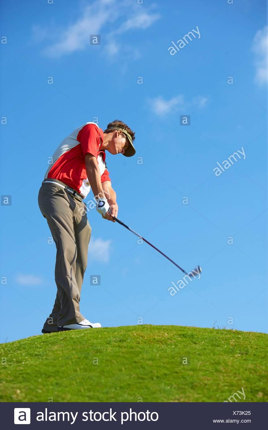 Ángulo de visión baja de golfista en Cerro Quitasol vistiendo la celebración de golf club Foto de stock