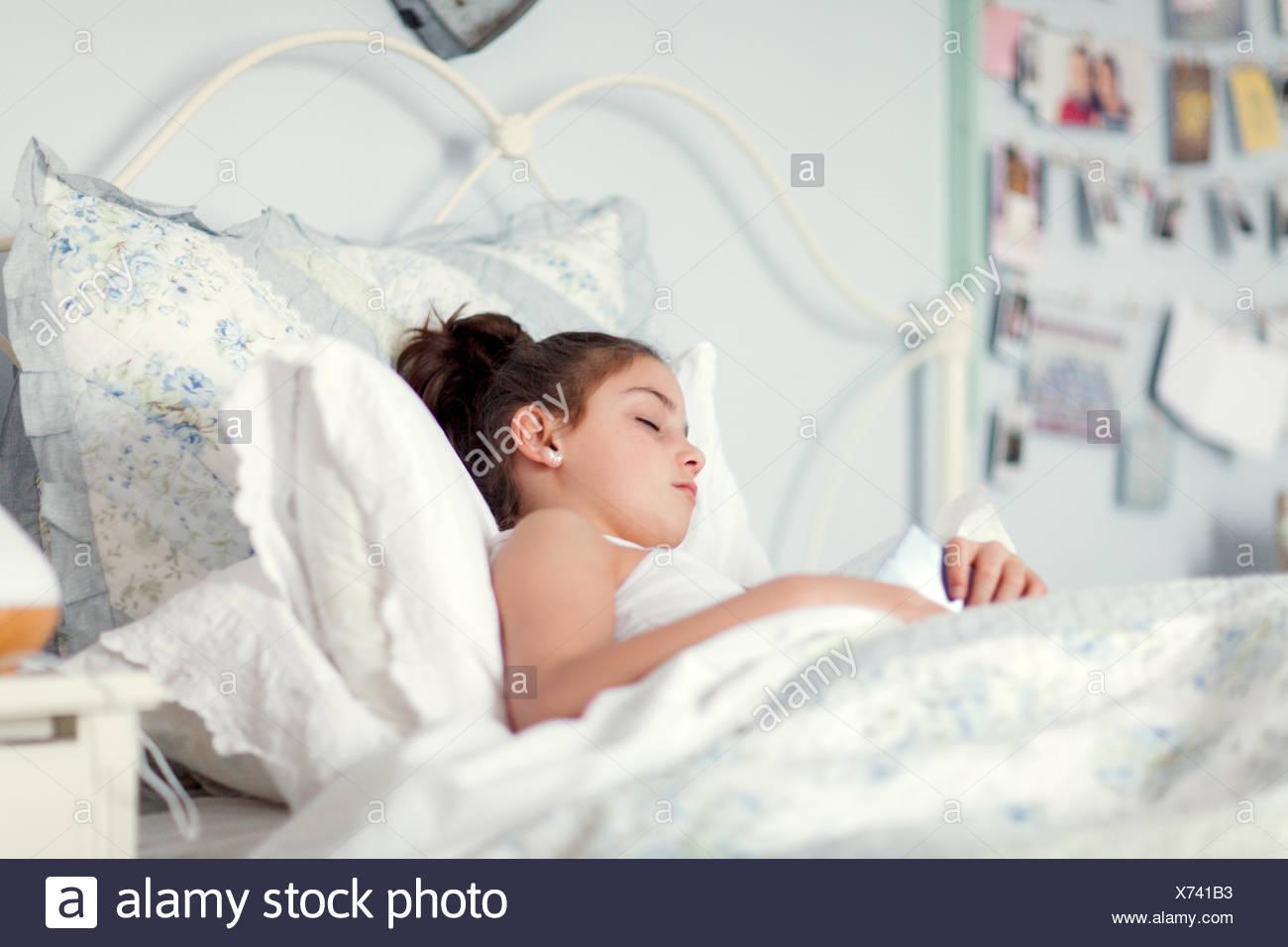 Chica en la cama para dormir Imagen De Stock