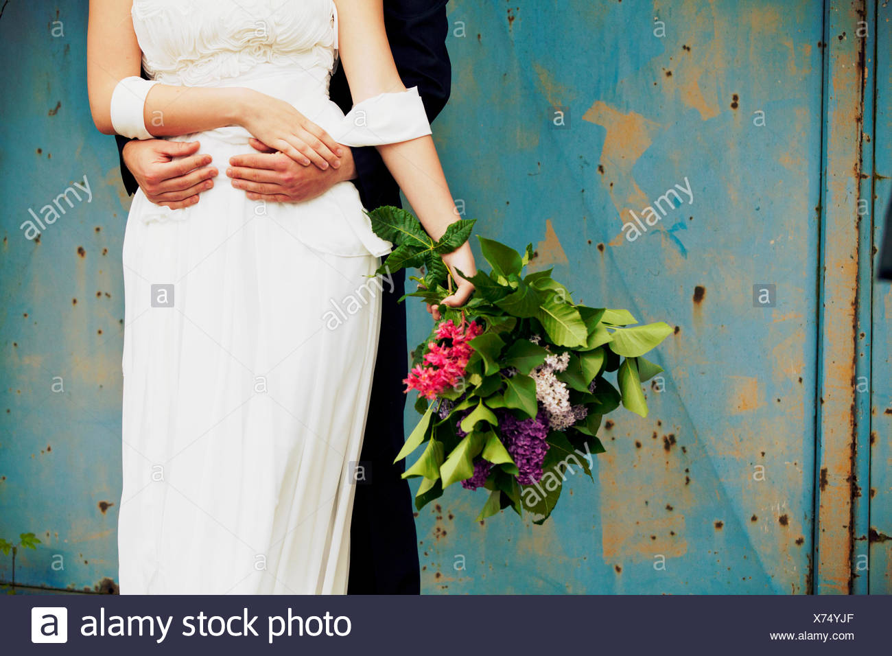 El novio abraza a su novia, Medio de cerca Imagen De Stock