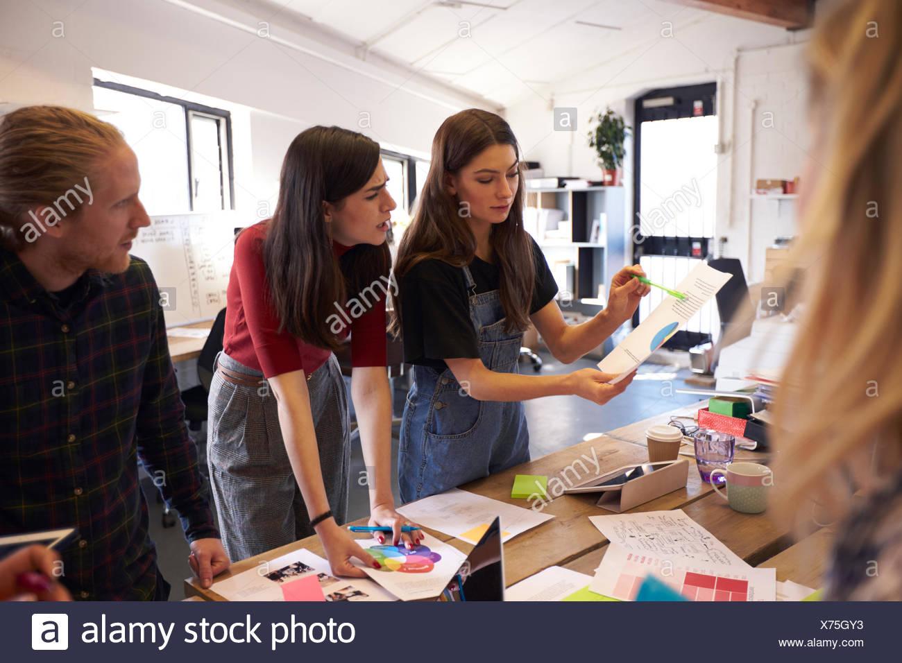 Reunión de intercambio de ideas creativas en la oficina de diseño Imagen De Stock