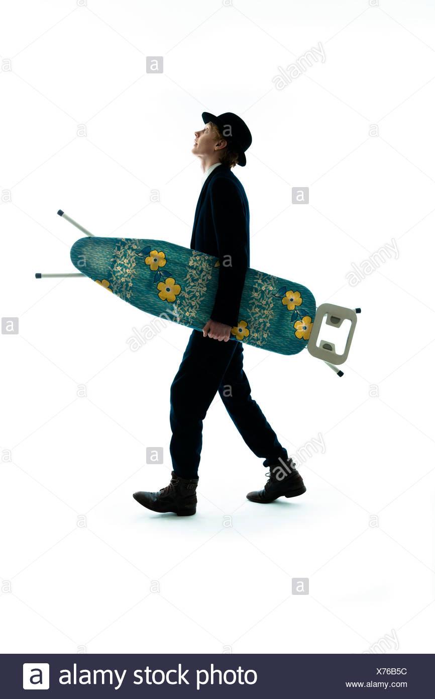 72acbbd368de1 Hombre joven con sombrero en movimiento con tabla de planchar