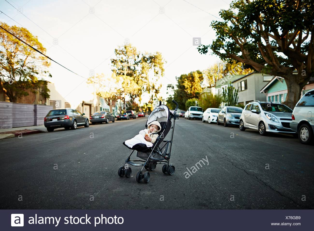 Baby Boy en el transporte en medio del camino Foto de stock
