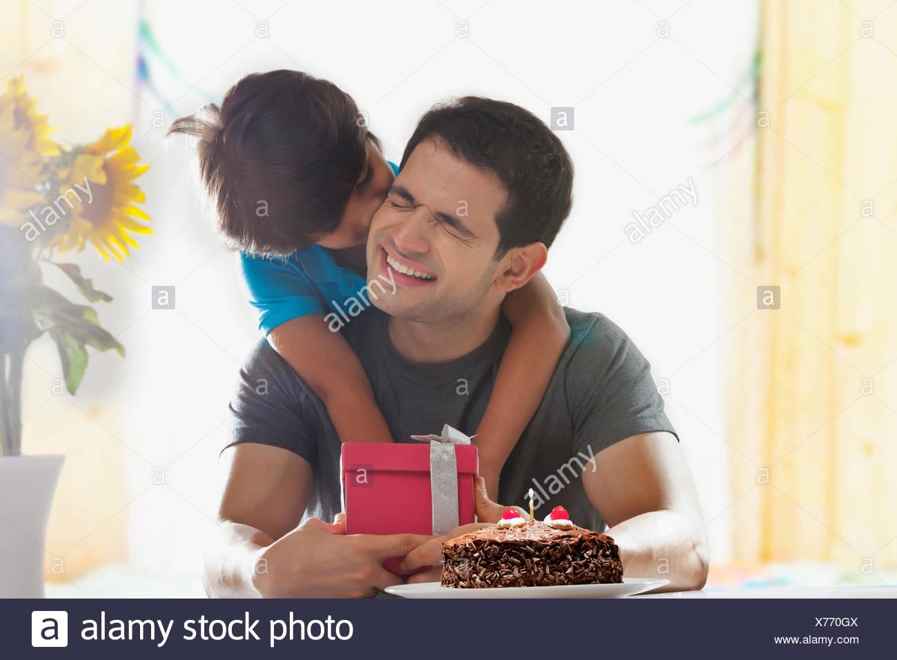 Hijo sorprender a su padre con regalo de cumpleaños Imagen De Stock