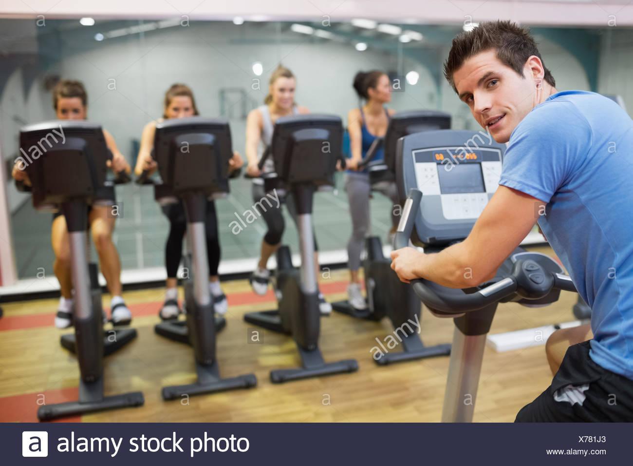 Instructor macho en clase de spinning Imagen De Stock