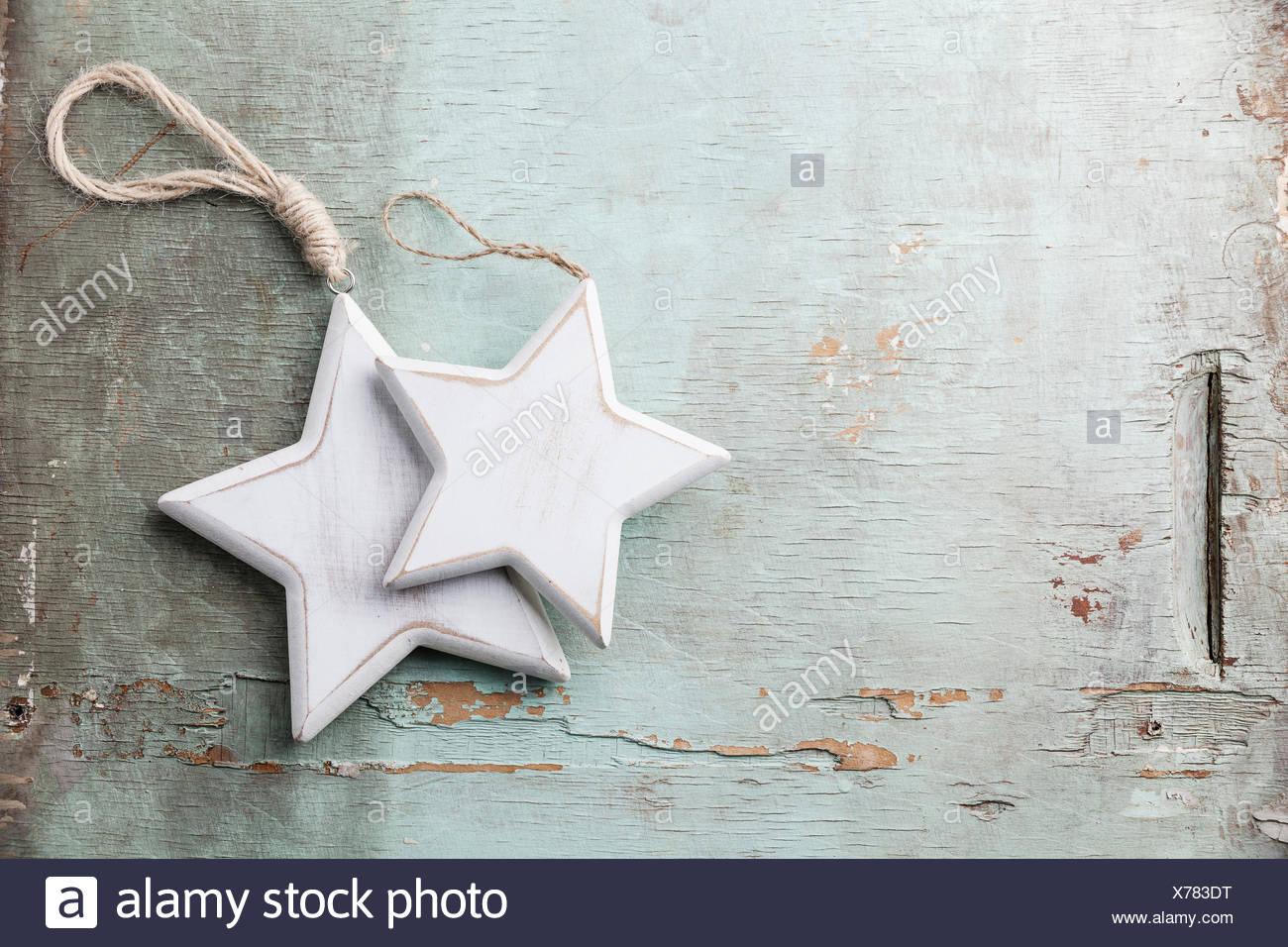Adornos navideños de madera estrellas sobre fondo de textura azul Imagen De Stock