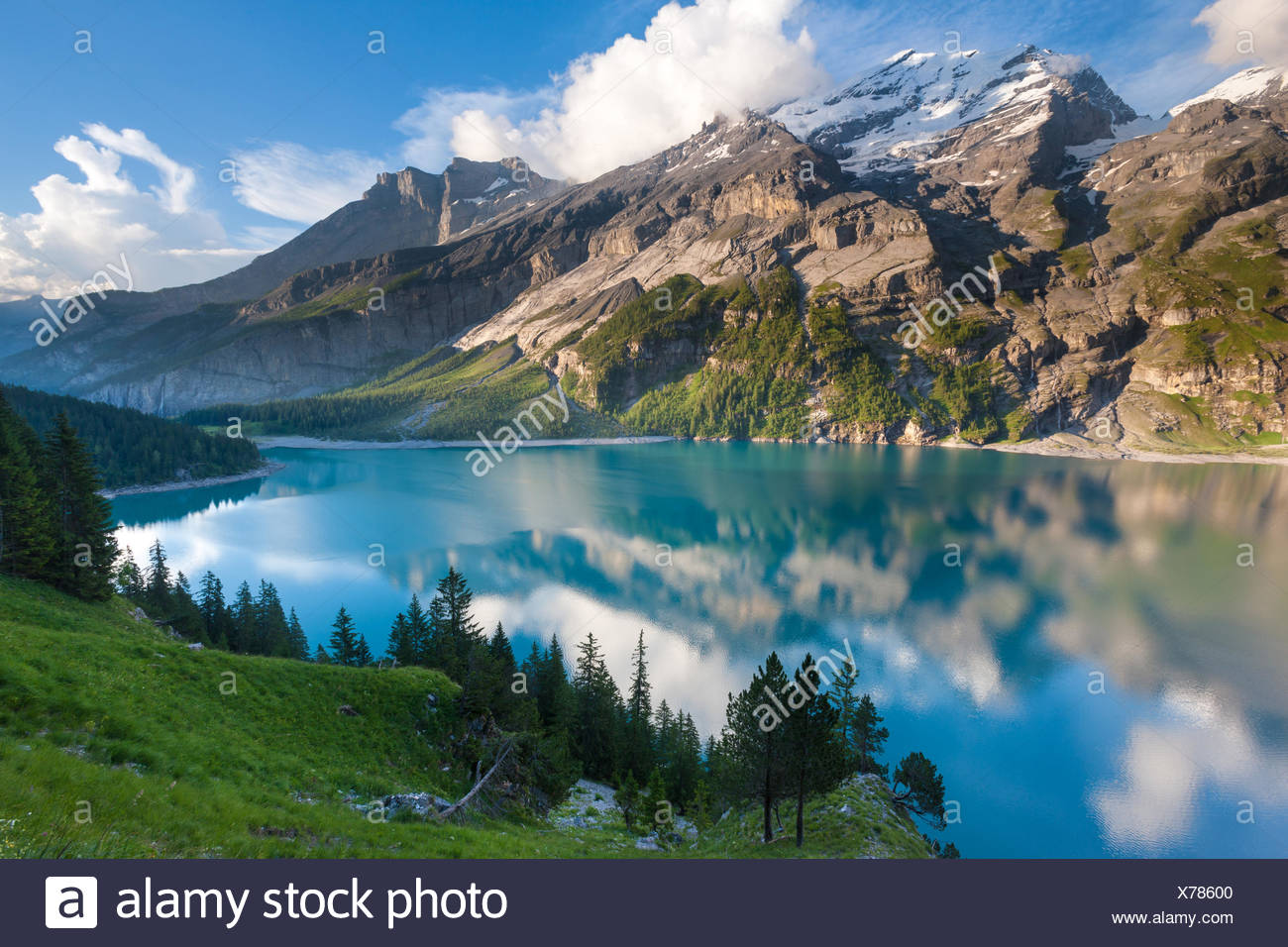 Lago de Oeschinen, Suiza, Europa, cantón de Berna, en el Oberland Bernés Kandertal, lago de montaña, el lago, las montañas, la reflexión Foto de stock