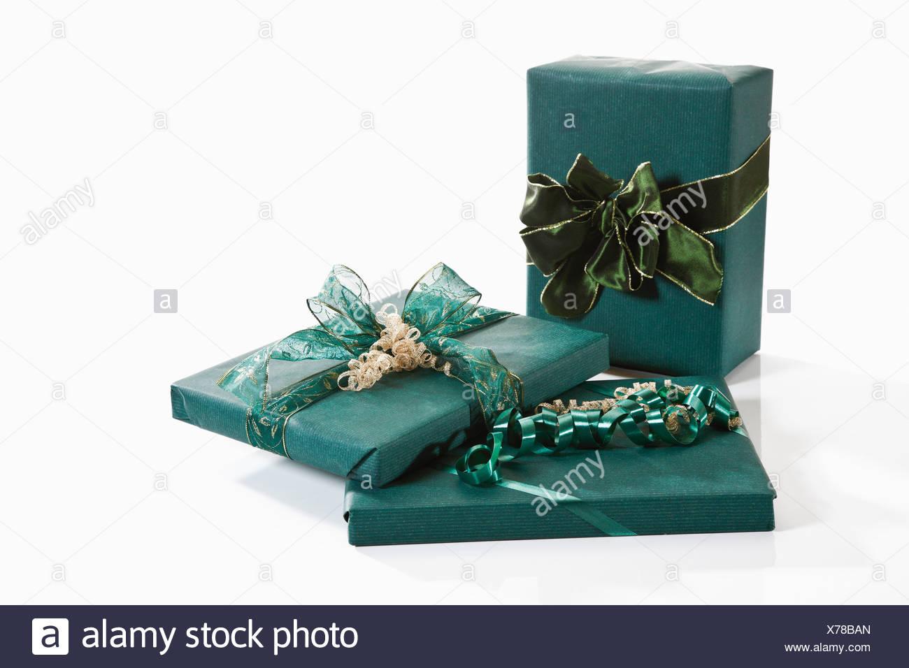 Regalos envueltos con papel de regalo verde Imagen De Stock