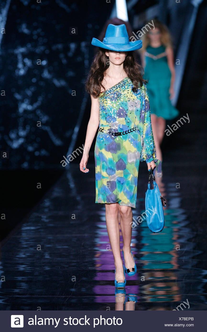 Christian Dior París listo para ponerse Otoño Invierno vistiendo un modelo  sobredimensionado azul brillante estilo cowboy hat y un escalonado 01c9e87049d