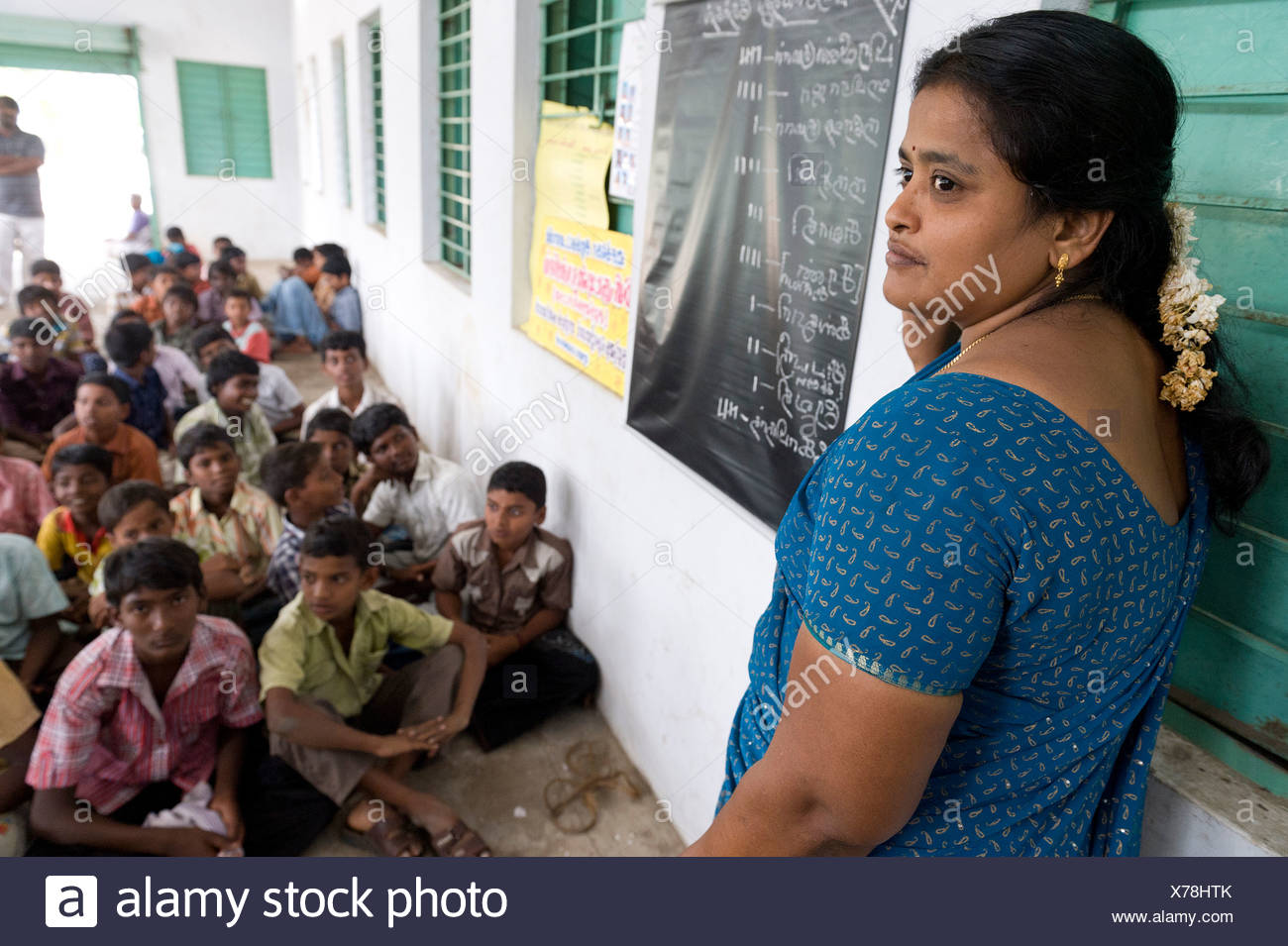 Maestro, los niños, la escuela nocturna Sevandhipalayam cerca de Karur, Estado de Tamil Nadu, en el sur de la India, Asia Imagen De Stock