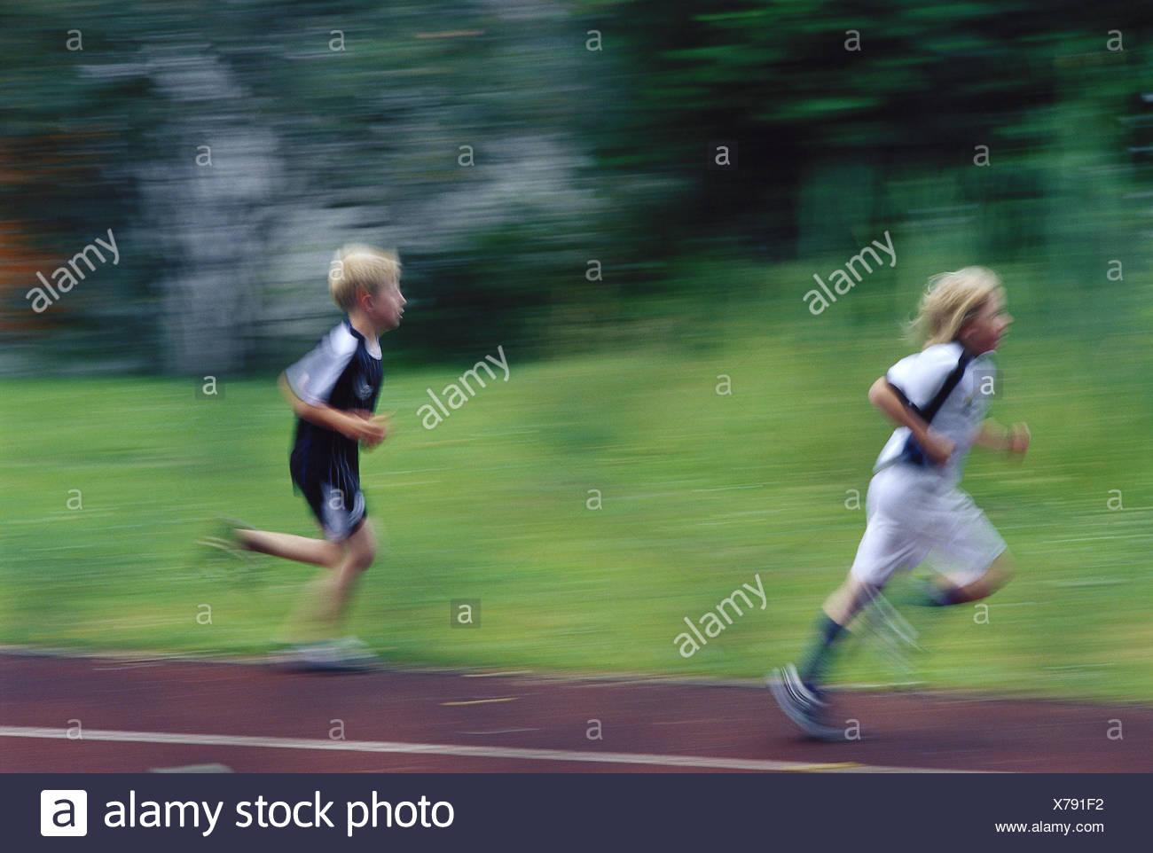 Campo de Deportes, Boy, Run, vista lateral, Blur, ningún modelo de liberación, persona, niños, colegiales, el deporte, las clases de deporte, la raza, la competencia, el movimiento, la marcha, la distancia, la ambición, la rapidez, velocidad, entrenamiento, dos Imagen De Stock