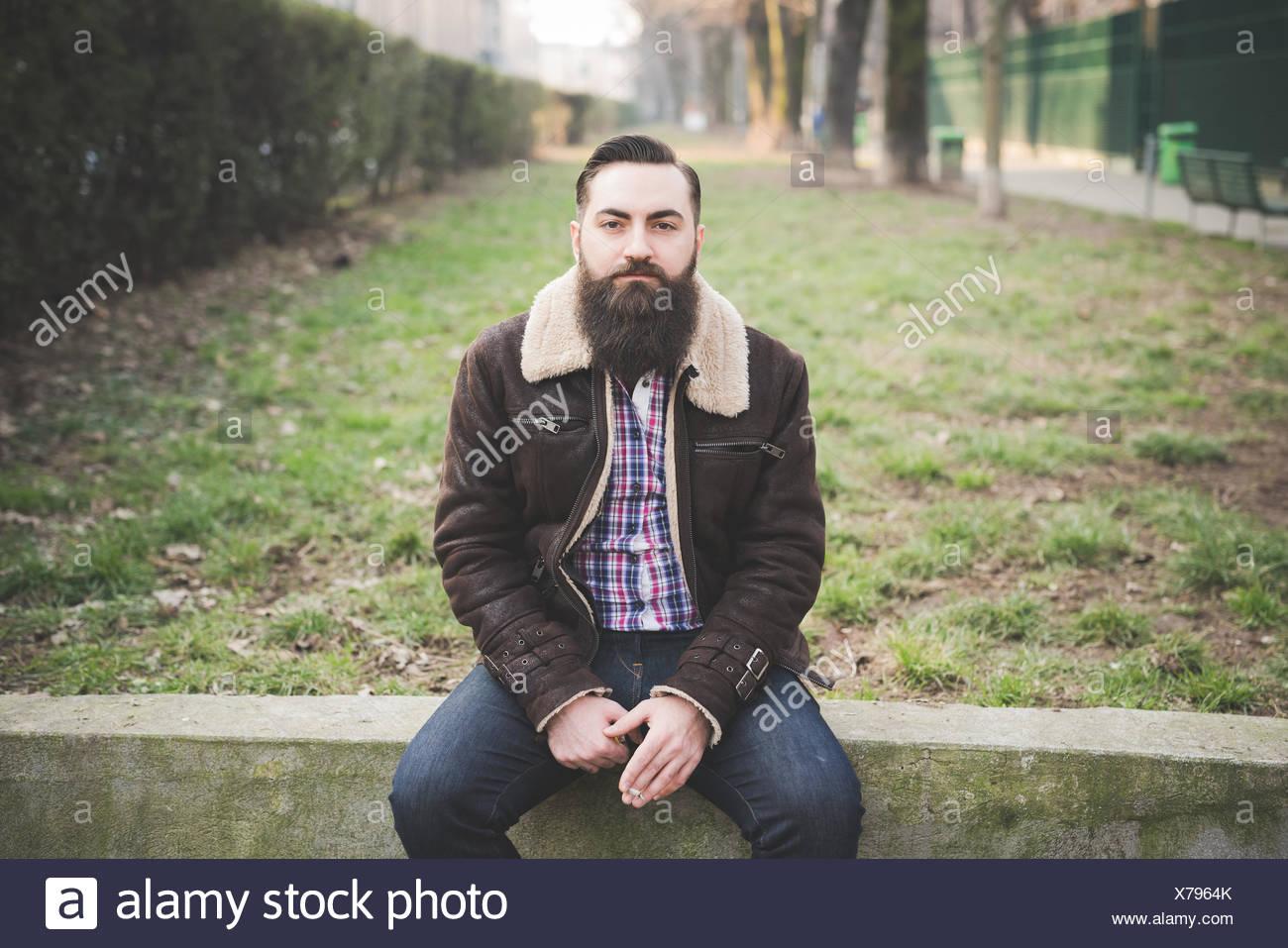 Joven hombre barbado en estacionamiento Foto de stock