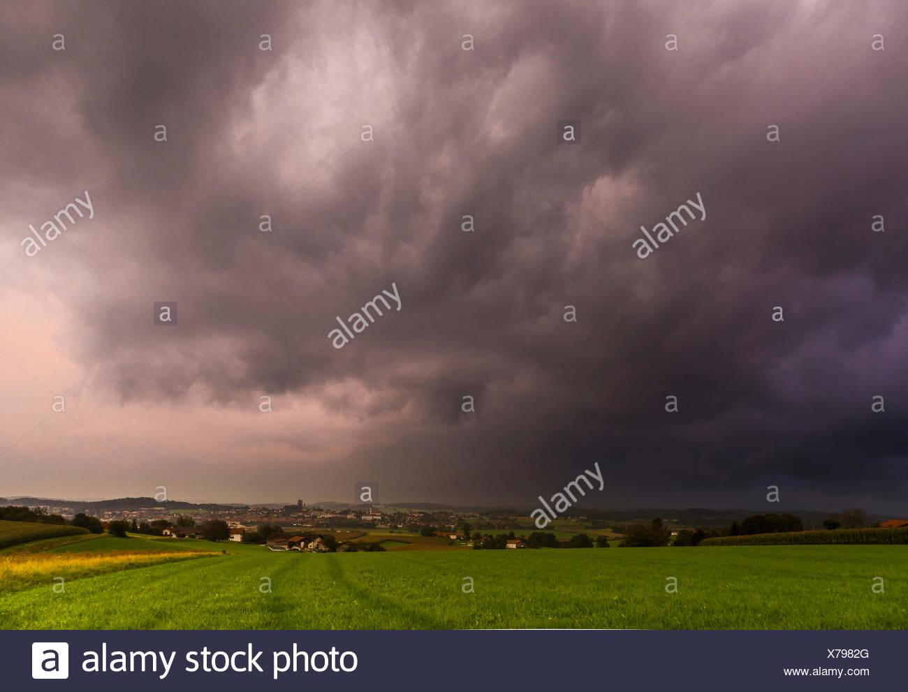 Llegando frente de tormenta en los pre-Alpes, Alemania, Baviera, Haag Imagen De Stock