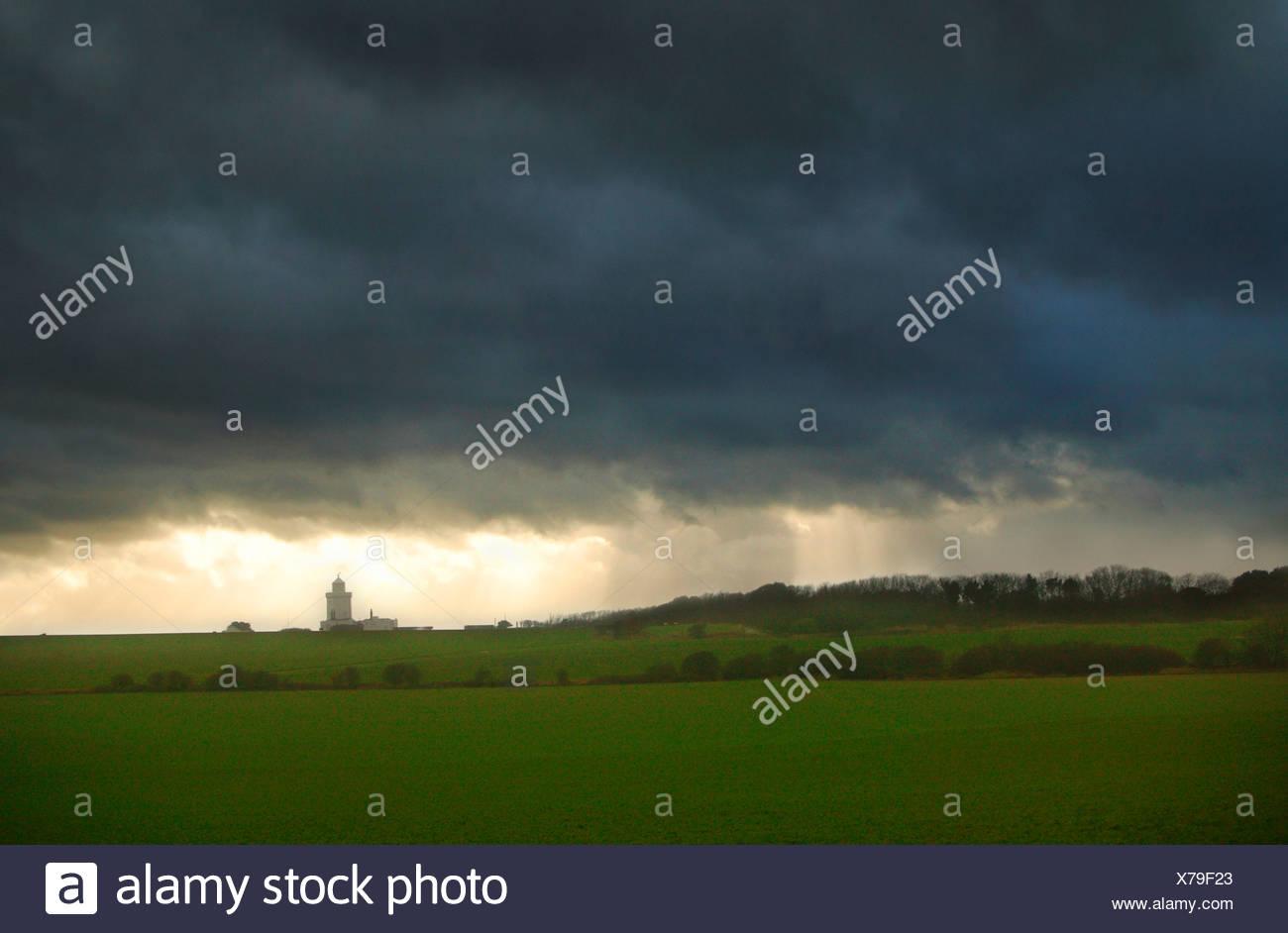 Faro en Kent con cielo tormentoso Inglaterra Foto de stock