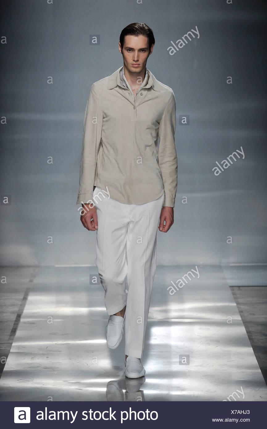 Ermenegildo Zegna Milán listo para vestir Primavera Verano modelo vistiendo  pantalones blancos 3c1c932fc319